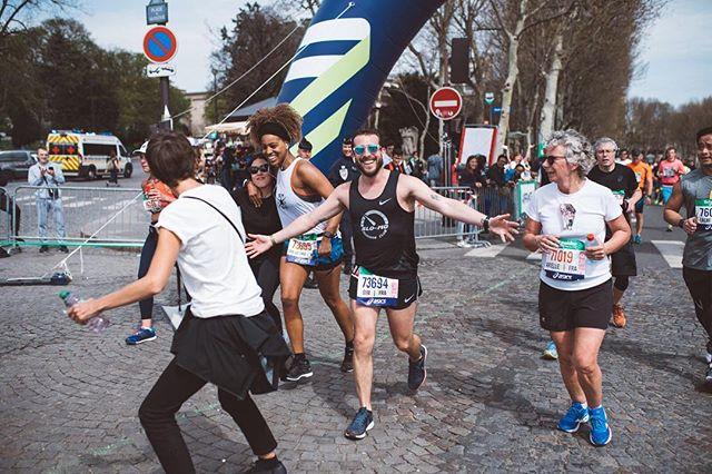 💥DURING THE MARATHON 💥 . 29km and some serious cheering up . .📸 @_albin_  @smsb_paris members were just priceless 🔥 . #runningwithbae #marathondeparis #wedidit #werunthetown #paris #loveeatsmile #schneiderelectric #asics #gelnimbus20 #smsb #29k #marathonrunner #marathonian #runnersofinstagram #running #run #instagood