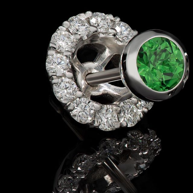 [1/3] A verdant vision #linleygoldsmith • They'll certainly be green with envy when you wear these stunning tsavorite studs. Who knew garnets came with such depth and intensity in this eye-catching colour?!