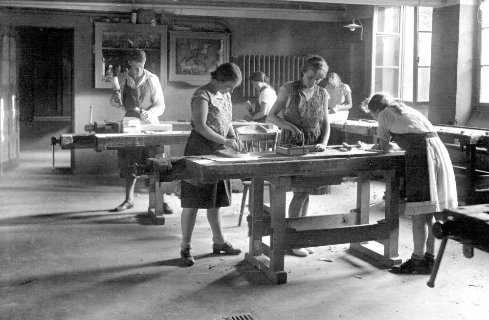 Hantverksundervisning vid den första waldorfskolan i Stuttgart, Tyskland.  Källa: erziehungskunst.de