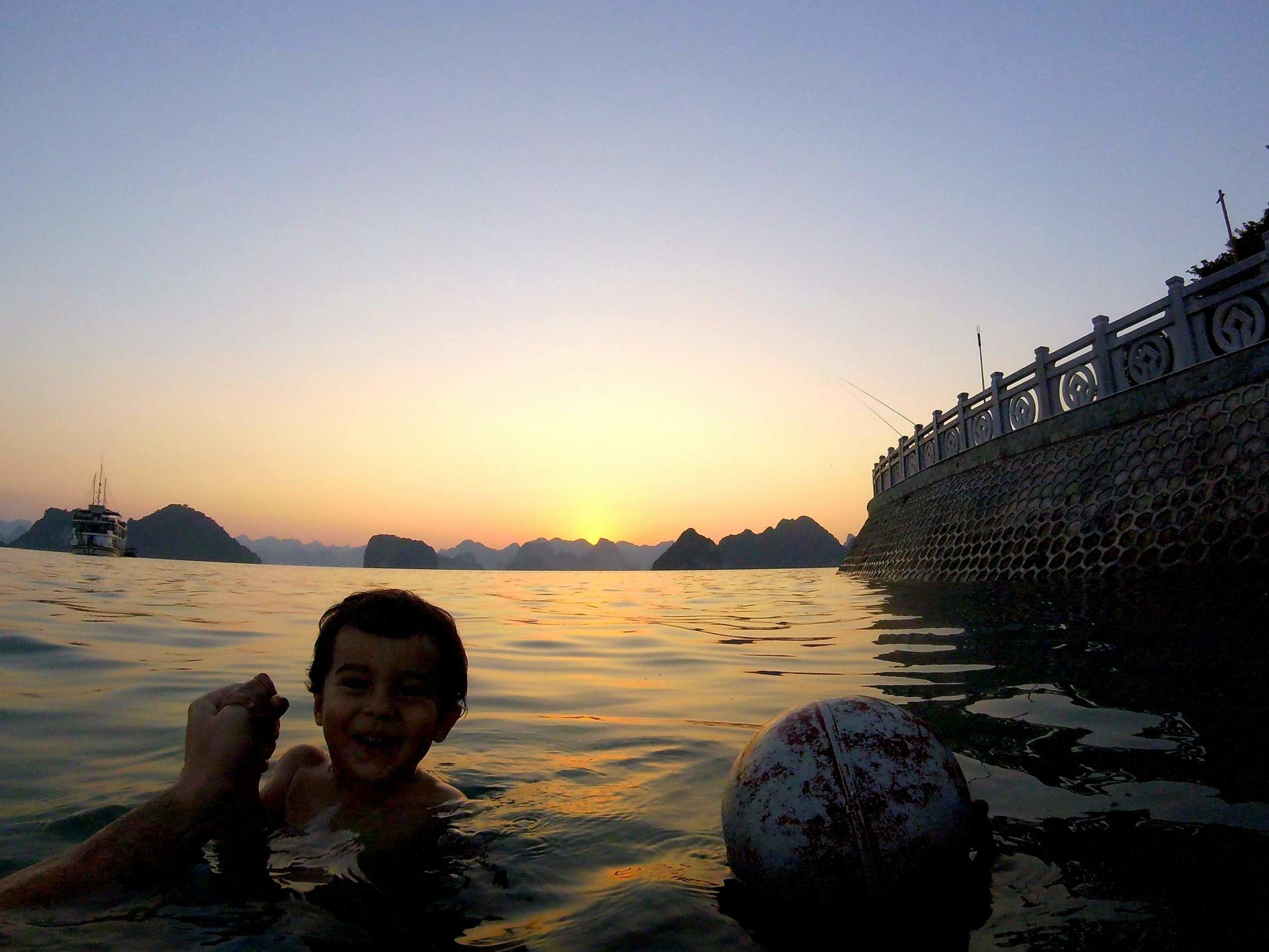 Pôr do sol no mar, na ilha Tip-Top.