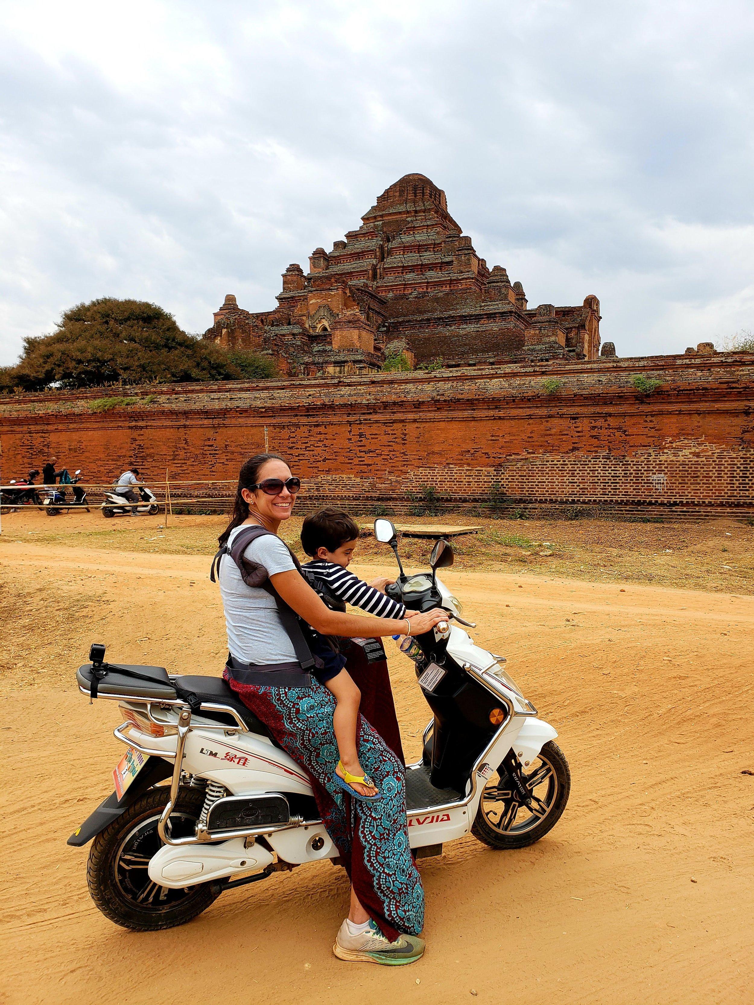 Nossa e-baike no Templo Dhammayangyi