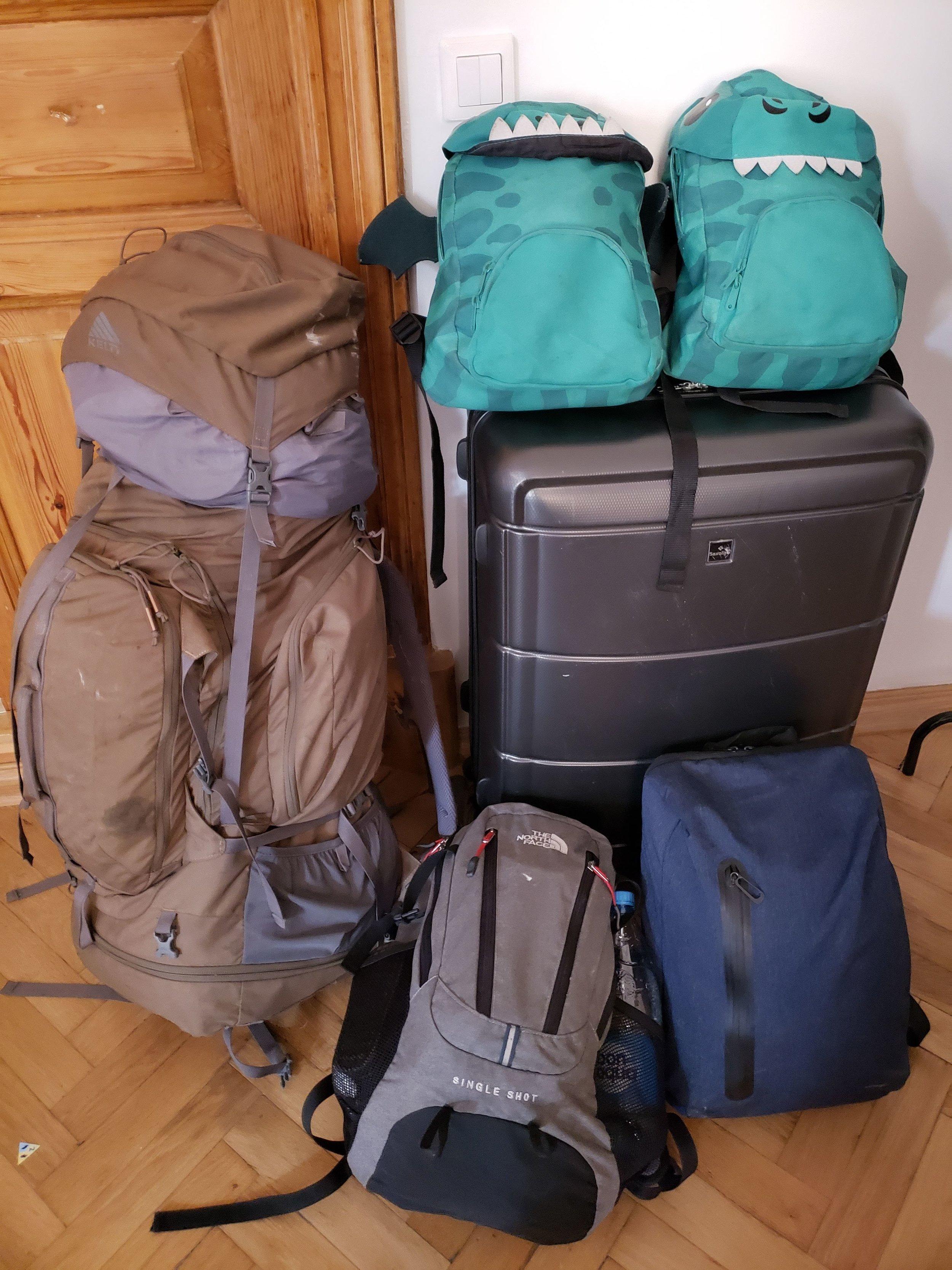 Malas grandes com 23Kg cada e mochilas de mão com 5 Kg, cada. As 2 mochilinhas das crianças pesam 5Kg, juntas.