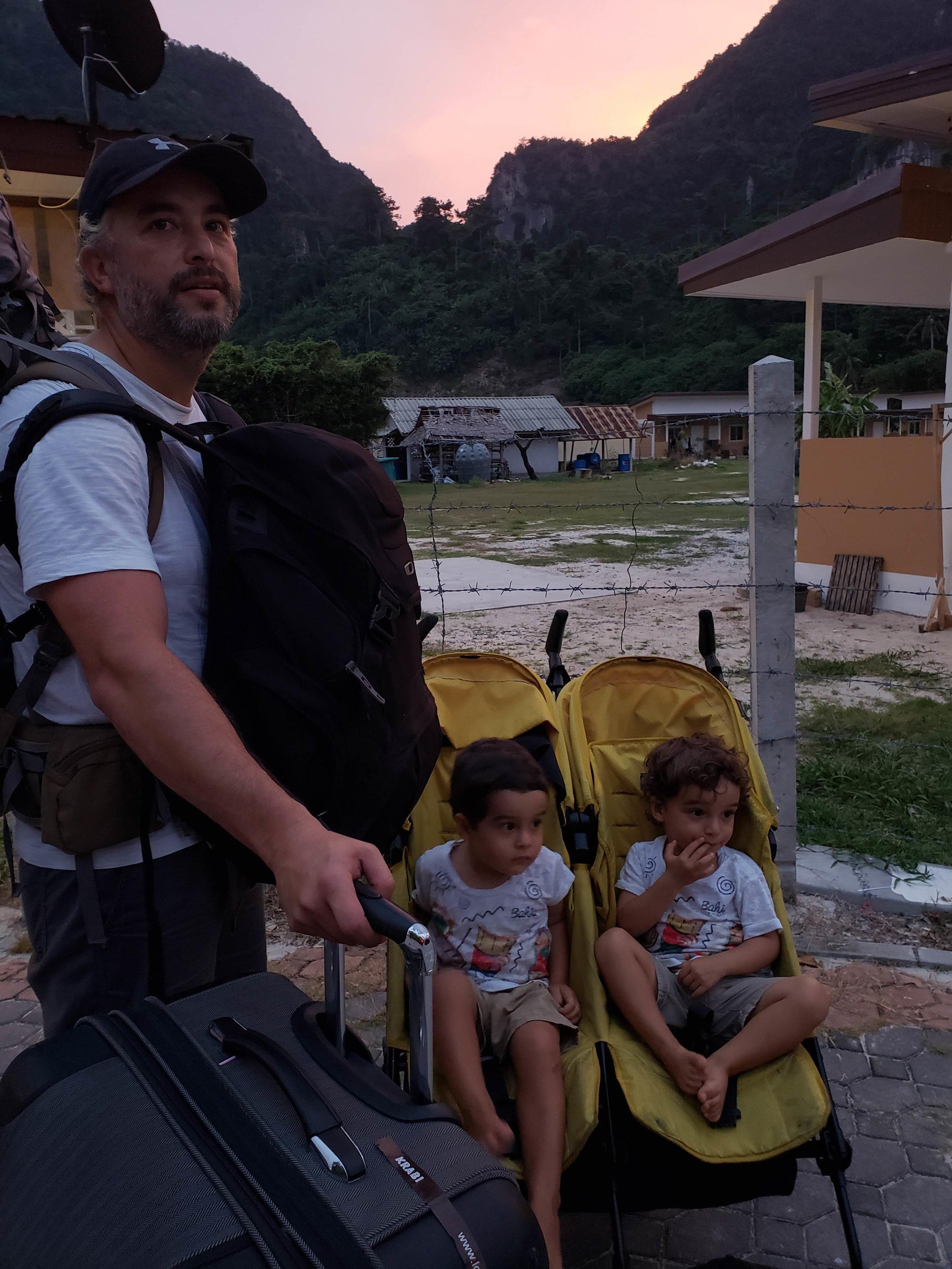 O carrinho fecha como uma única peça e pesa 10Kg. Usamos muito nas cidades e também durante os deslocamentos. Ele carrega as crianças e ajuda com as malas menores, que penduramos nele. Foto: saída da ilha de Ko Phiphi, indo do hotel para o ferry.