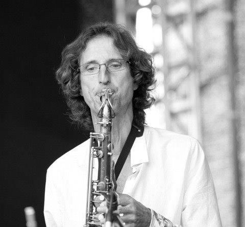 """LIBA VILLAVECCHIA     Liba Villavecchia, entre otros géneros y estilos transitados durante su extensa trayectoria; ha hecho rock progresivo con  La Coral Cósmica ( Triptic  de 1979), música experimental con  Gringos , participó en una de las bandas más populares del rock español como  Loquillo y Trogloditas  (labor materializada en el doble en vivo  A por ellos…! Que son pocos y cobardes  de 1989,  Hombres  de 1991, etc.) y ha sido uno de los actores protagónicos en la evolución que experimentó el jazz de vanguardia y la libre improvisación de ese país durante las últimas décadas. De esto último dan cuenta su sociedad con el pianista Agusti Fernández manifestada en  Trío Local  (grupo que también integrara Joan Saura en samplers) y su participación en el  Agusti Fernández Qua r tet  ( Lonely Woman  de 2004), entre otros proyectos en común, su aquilatado dúo con el cellista Paul Stouthamer, la actual contribución en el notable  Filthy Habits Ensemble (proyecto liderado por El Pricto que tributa homenaje desde la perspectiva del jazz a la música instrumental del inolvidable Frank Zappa) y, muy especialmente, en su emprendimiento más reciente:  Libas Traum Trío . Esta banda -que también integran Paul Stouthamer en cello y el baterista Caspar Hodkinson- conjuga jazz y libre improvisación con un amplio rango de géneros que van desde música clásica contemporánea a corrientes de raigambre popular como el funk y el R&B, entre otros.  Liba Villavecchia también tuvo una activa participación en la escena jazzística estadounidense durante los ochenta llegando a colaborar con músicos de la talla de Ran Blake, Joe Maneri y George Russel o compartiendo créditos con John Medeski, Jim Black, John Leaman, Josh Roseman y Dave Fiuczynski en el álbum  Notion of Obstacle  de 1989 del recordado  Mandala Octet .  Es graduado """"cum laude"""" en jazz del  New England Conservatory  de Boston, Estados Unidos y actualmente se desempeña como profesor de improvisación en el Departamento de Música Clá"""