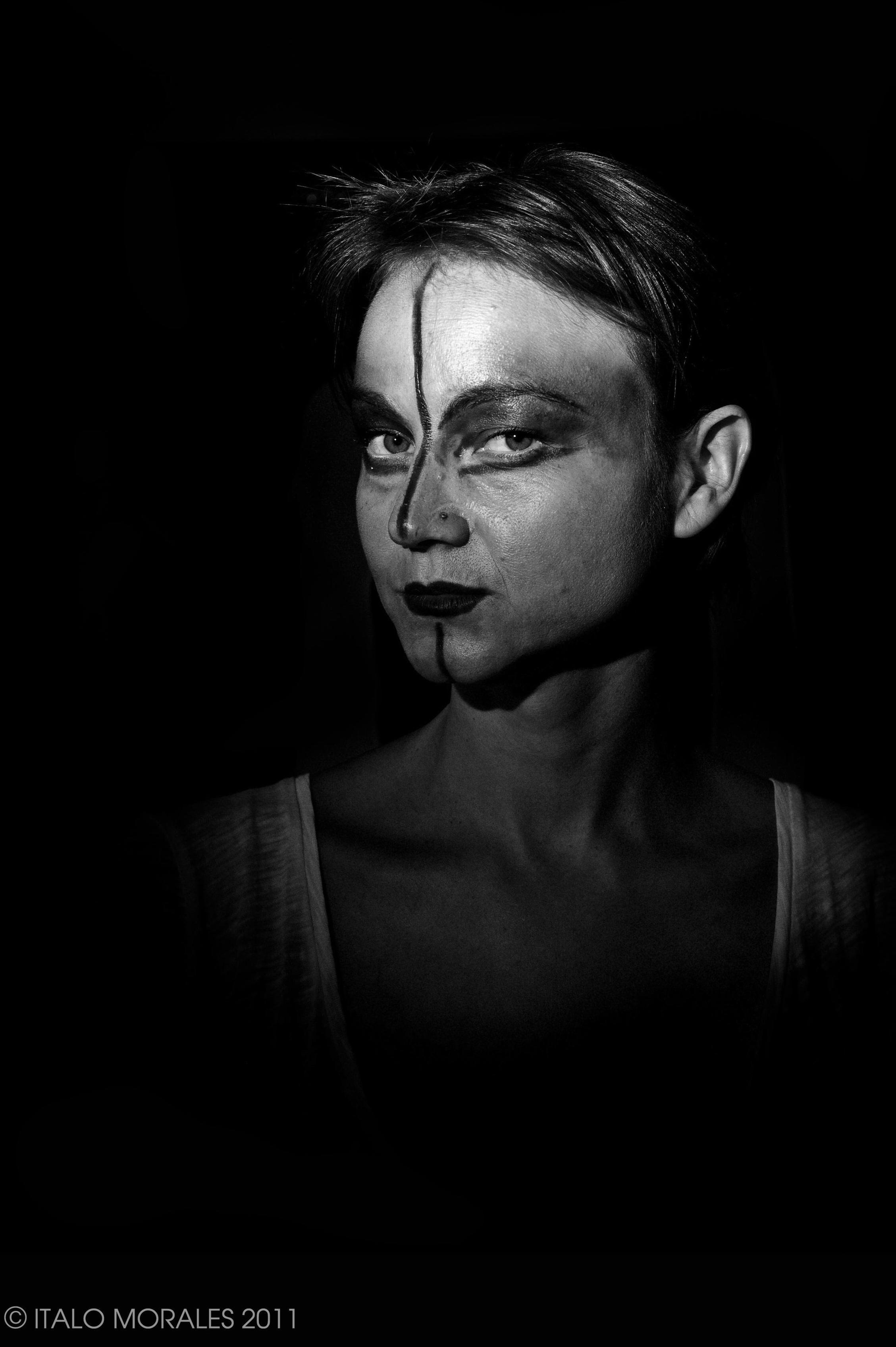 ILONA SCHNEIDER  photo: italo morales    Ilona SCHNEIDER estudia canto en el Conservatorio Nacional de Versalles, donde obtiene el primer premio en 2008. En el 2007 participa en una gira europea con el espectáculo  El Fervor de la Perseverança , de Carles Santos, y en el 2008 actúa en las óperas Cendrillon , de Jules Massenet, dirigida por Jean-Jacques Werner y  Astrée , de Pascal Collasse, dirigida por Patrick Bismuth, en el Teatro Montansier de Versalles. Su registro de soprano coloratura le ha permitido interpretar también obras como  Carmina Burana , de Carl Orff y  La Flauta Mágica , de Mozart. Interpreta el  Cant de la Sybil·la  en el acto institucional de la Diada de Catalunya en 2015 y participa regularmente en performances, soundpainting e improvisaciones de distintos formatos.