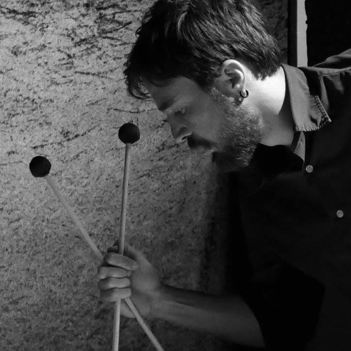 EMILIO GORDOA   Músico, percusionista, vibrafonista y compositor Mexicano, proveniente de un núcleo familiar con fuertes tendencias artísticas. Se dedica principalmente al estudio, desarrollo y composición de varios géneros. Desde 2012 vive en Berlin, Alemania y es miembro en varios proyectos, entre los cuales se destacan aquellos relacionados a la experimentación musical, improvisación libre, free jazz, noise y la composición contemporánea. Emilio ha participado en festivales de Improvisación libre en varias ciudades de Europa y America.  COLABORACIONES: Emilio ha colaborado con ensambles como   GOReC   Orchestra,   Circuit Training  ,   BerIO   (Berliner Improviser Orchestra), Nate Wooley's   Seven Storey Mountain   y con artistas como Evan Parker, Germán Bringas, Misha Marks, Tobias Delius, Raúl Tudon, Dario Bernal Villegas, Itzam Cano, Remi Alvarez, Chris Cogburn, Mazen Kerbaj, Klaus Kürvers, Alexander Bruck, Axel Dörner, Tristan Honsinger, John Russell, Bonnie Jones, John Butcher, John Edwards, Alex Tux, Marcos Miranda, Natalia Perez, Rodrigo Ambriz, Tony Buck, Rudi Fischerlehner, Juan J Garcia, Ute Wassermann, Harri Sjöström, Ignaz Schick, Gudinni Cortina, Richard Scott.    Más sobre Emilio:   www.emiliogordoa.com