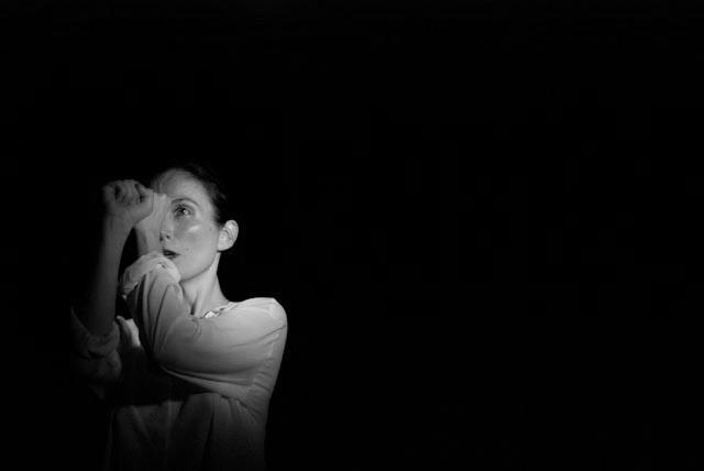 """CONSTANZA BRNCIC  photo: roman rubert    Coreógrafa y bailarina. Licenciada en Filosofía y Máster en Pensamiento Contemporáneo y tradición clásica por la UB, donde actualmente realiza el programa de doctorado en filosofía contemporánea. Se forma en Nueva York y en Barcelona en la Escuela de Martha Graham, Movement Research y con maestros como Teresa Monsegur, Natsu Nakajima, Hisako Horikawa, Andrés Corchero, Frank Van de Ven, Christine Quoiraud, Pep Ramis y María Muñoz. En 2002 Constanza Brncic recibe la beca KRTU de la Generalitat de Cataluña a la Joven Creatividad y en 2003 la subvención para artistas visuales del Departamento de Cultura de la Generalitat de Cataluña por los proyectos Pa Ck y Derribos, a través de los que desarrolla una investigación sobre la relación del juego, los medios tecnológicos y el cuerpo. Ambos proyectos estarán en residencia en la Sala Metrònom de Barcelona y en el Centro de Cultura Contemporánea de Barcelona, donde serán también abiertos al público. En 2003 gana la  Mostra Internacional de Video-dansa  (2003) con el video-danza  Blank-emotive . En 2001 funda la Asociación Cultural la Sospechosa, con la que desarrolla diversos proyectos que tienen la particularidad de poner el trabajo escénico en contextos diversos como hospitales, barrios, escuelas, centros cívicos, prisiones. Desde 2009 trabaja como coreógrafa y directora en los proyectos comunitarios de la Escuela de Música y Centro de las Artes de Hospitalet de Llobregat (EMMCA), y del proyecto de creación escéncia intergeneracional PI(E)CE producido por el Teatro Tantarantana cuya última creación """"Li diuen mar"""" ha sido estrenada en el Teatro del Centro de Cultura Contemporánea de Barcelona, en el marco del Festival Internacional Grec 2016. A lo largo de su extensa carrera ha creado numerosas piezas de danza en colaboración con artistas como: Gabriel Brncic (compositor), Agustí Fernàndez (pianista), Victória Szpunberg (dramaturga), Carme Torrent (coreógrafa), Joan Saura (compositor)"""