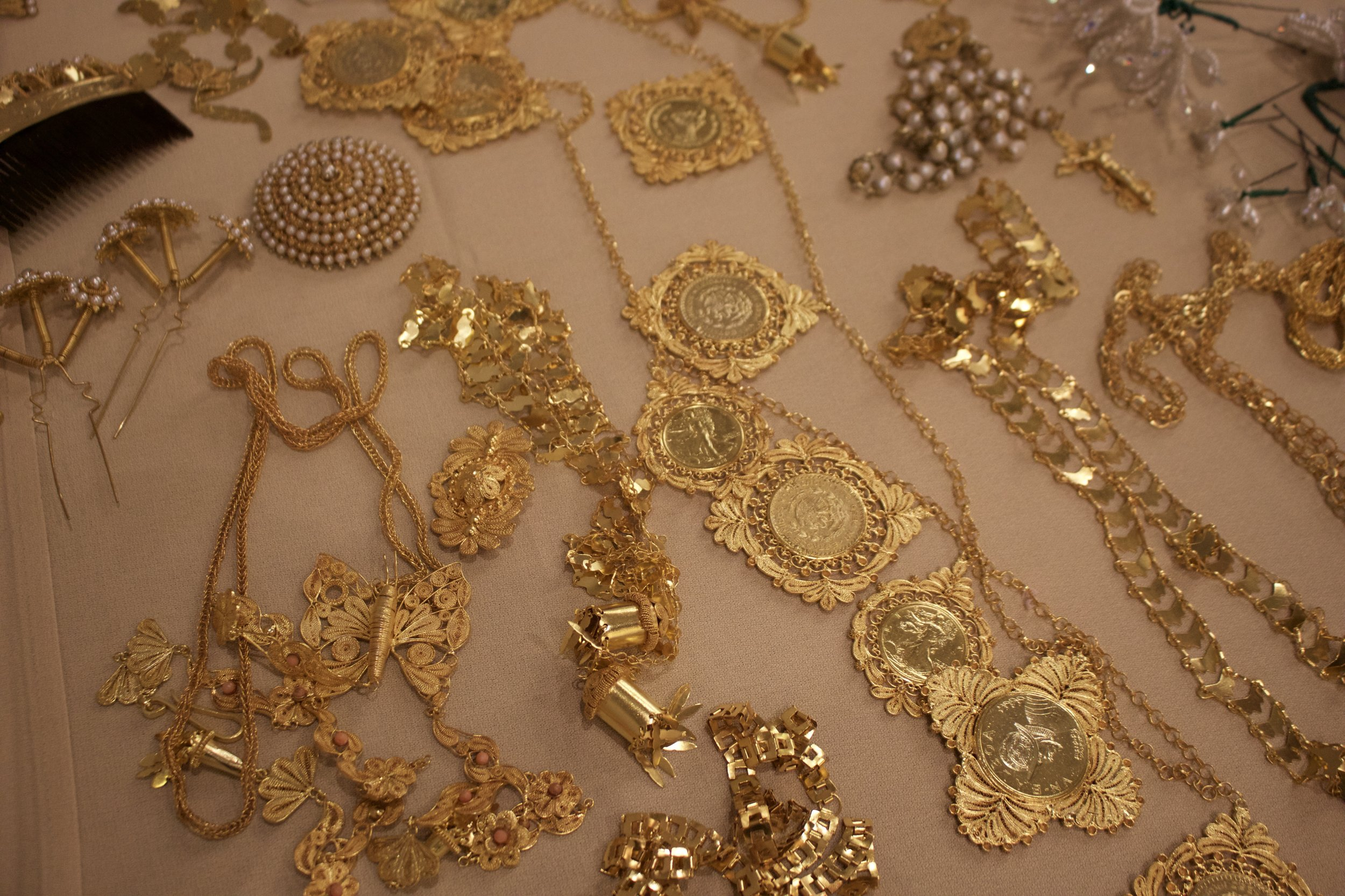 The golden jewelry worn with the pollera.