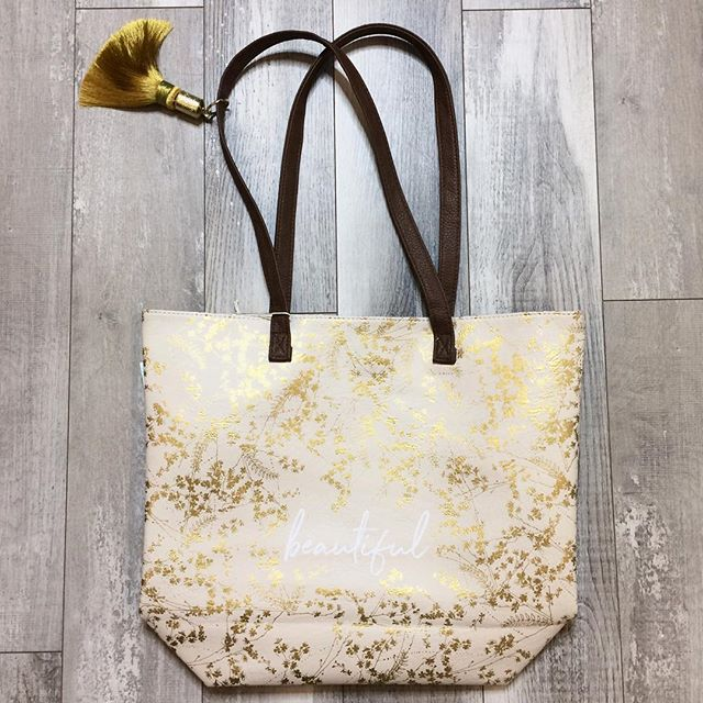 🌻Do you love totes as much as we do!?🌻 this @papayaart bag is the perfect size for your last minute day trips! • • • • • #camaswashington #boutiquestyles #camasbeautybar #camasbeautybarandboutique #shoplocal #shopssmall #shopcamas #mycamas #pdxlove #pdxstyle #pnwlove #pnwstyle #flatlay #flatlaystyling #positivevibesonly #springbreak #springishere