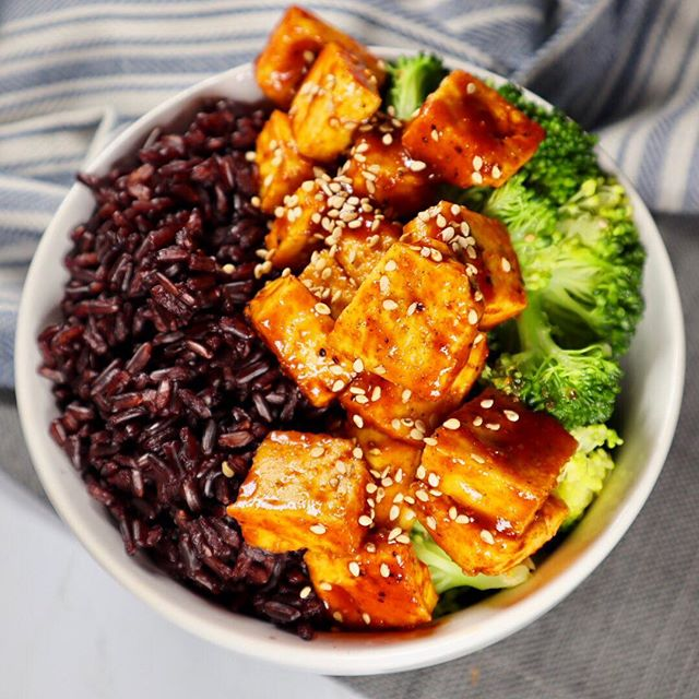 Did you know that black rice is one of the most antioxidant rich grains available? It  has a slightly sweet and nutty flavor, and when paired with this Siracha lime tofu and broccoli, it makes the perfect healthy side!! Have you tried it?