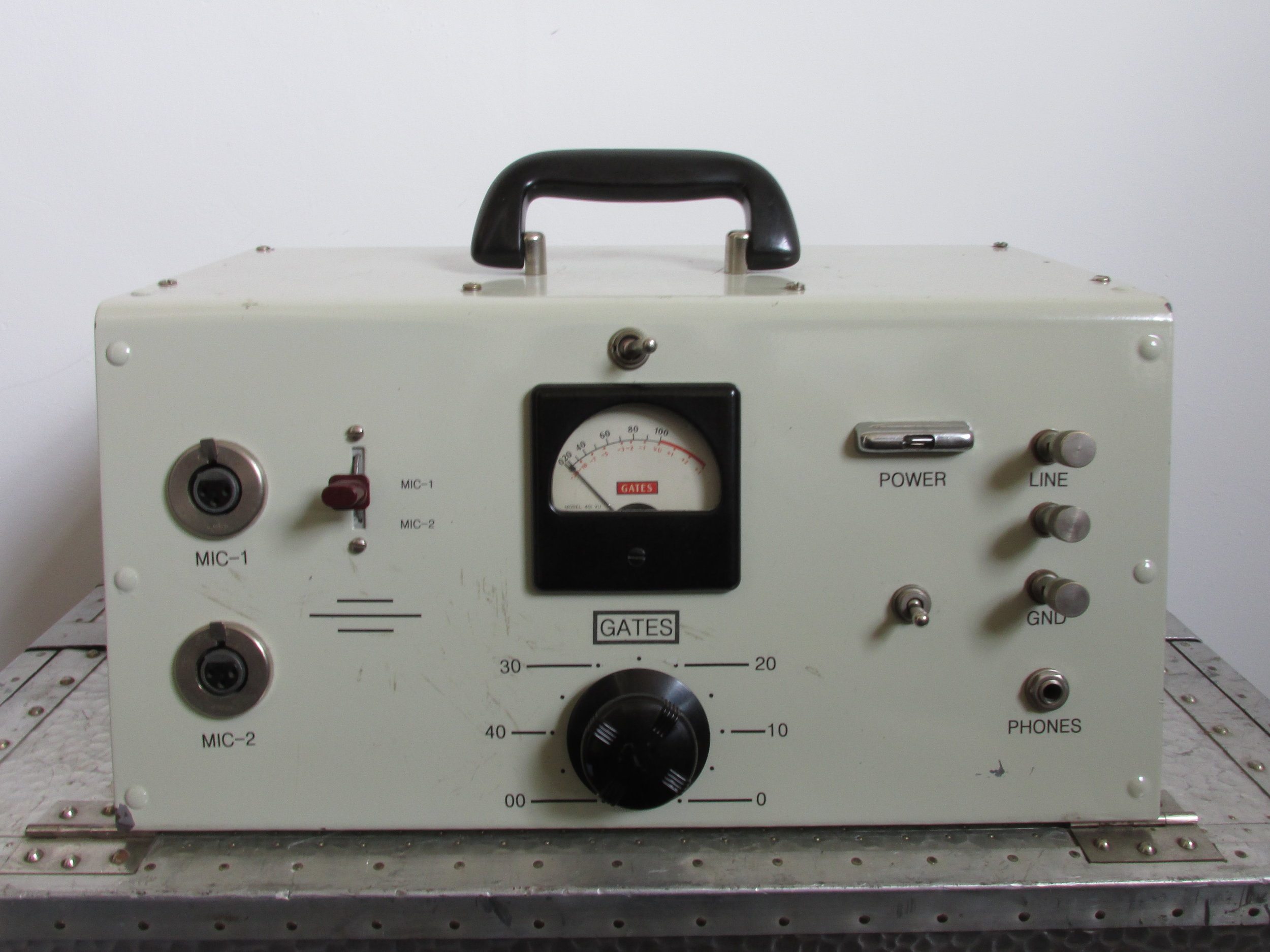 Excellent vintage tube preamplifier made in USA in the 1950s . Housed in original portable chassis.