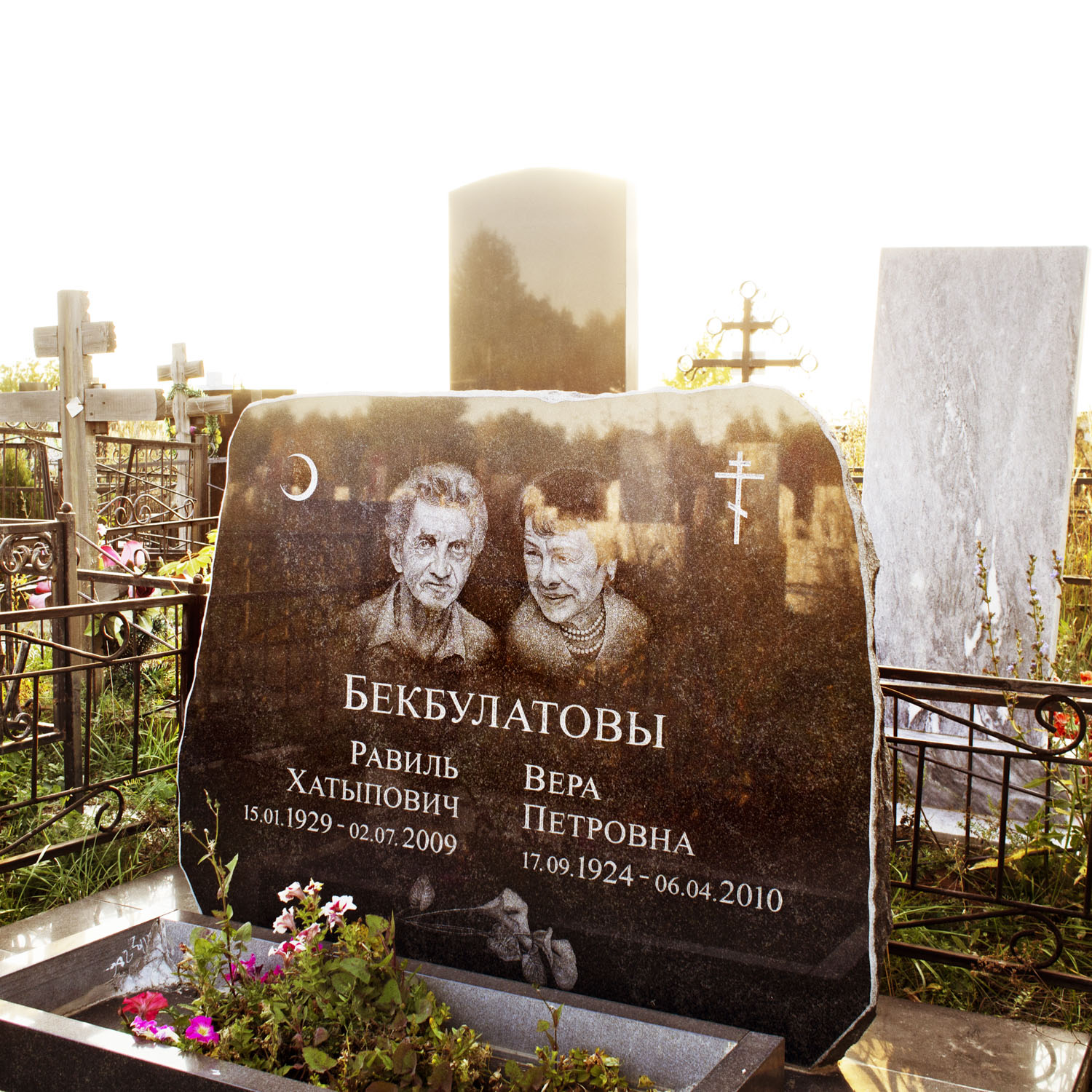 Samosyrodskowo-Cemetery in Kazan: Christians, Muslims and Jews are buried next to and with each other at this cemetery.