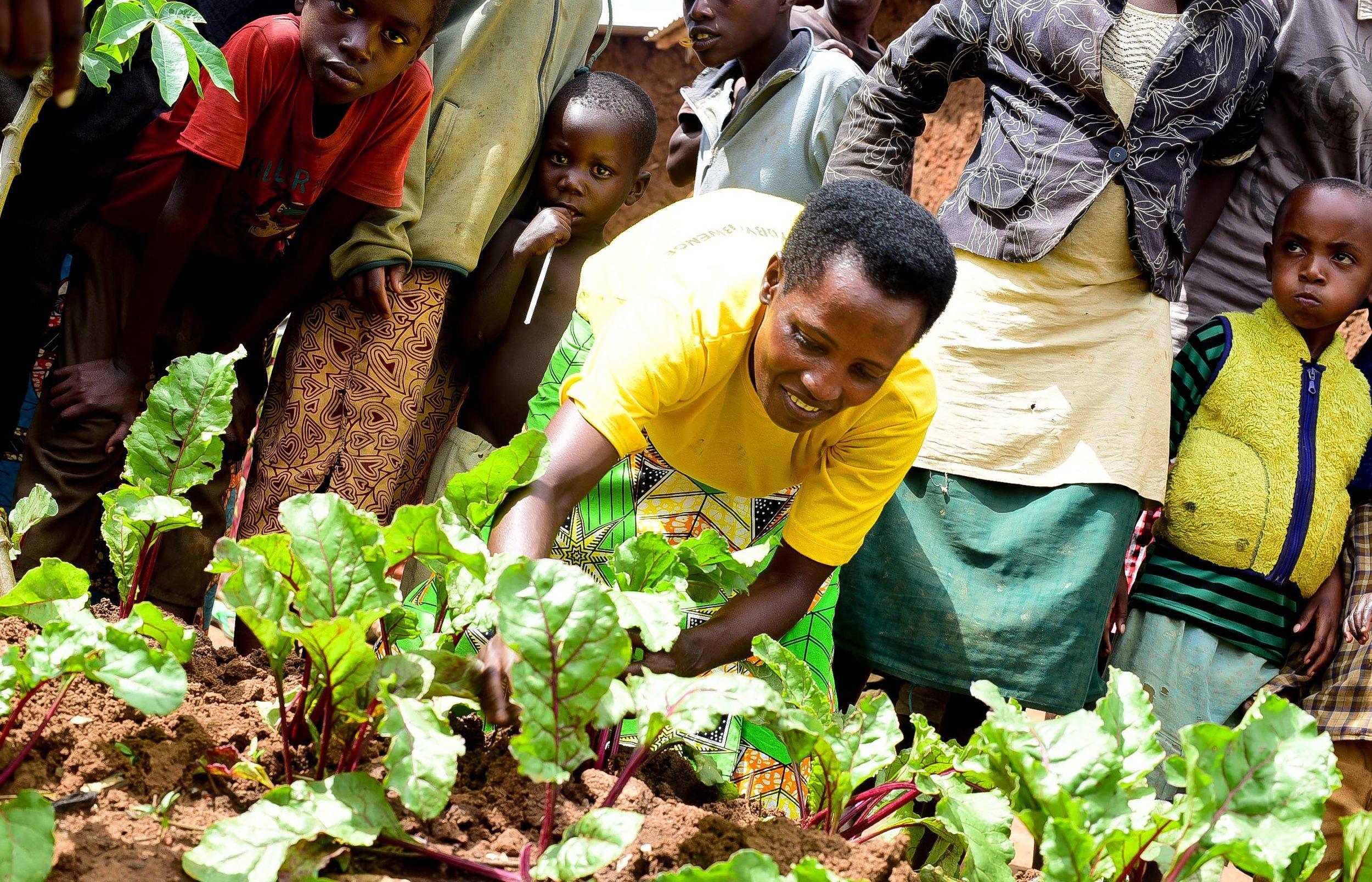 Beatrice arimo kwita ku karima ke k'igikoni mu nkambi ya Mahama, icumbikiye impuzi z'abarundi zisaga 50,000 bahunze amakimbirane mu Burundi.
