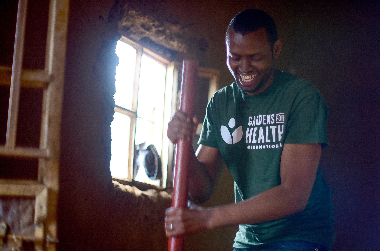 """Solomon afasha gukora isima ya Earth Enable"""" ku Munsi w'Umuganda w'Umurima w'Ubuzima mu Kwakira 2017."""