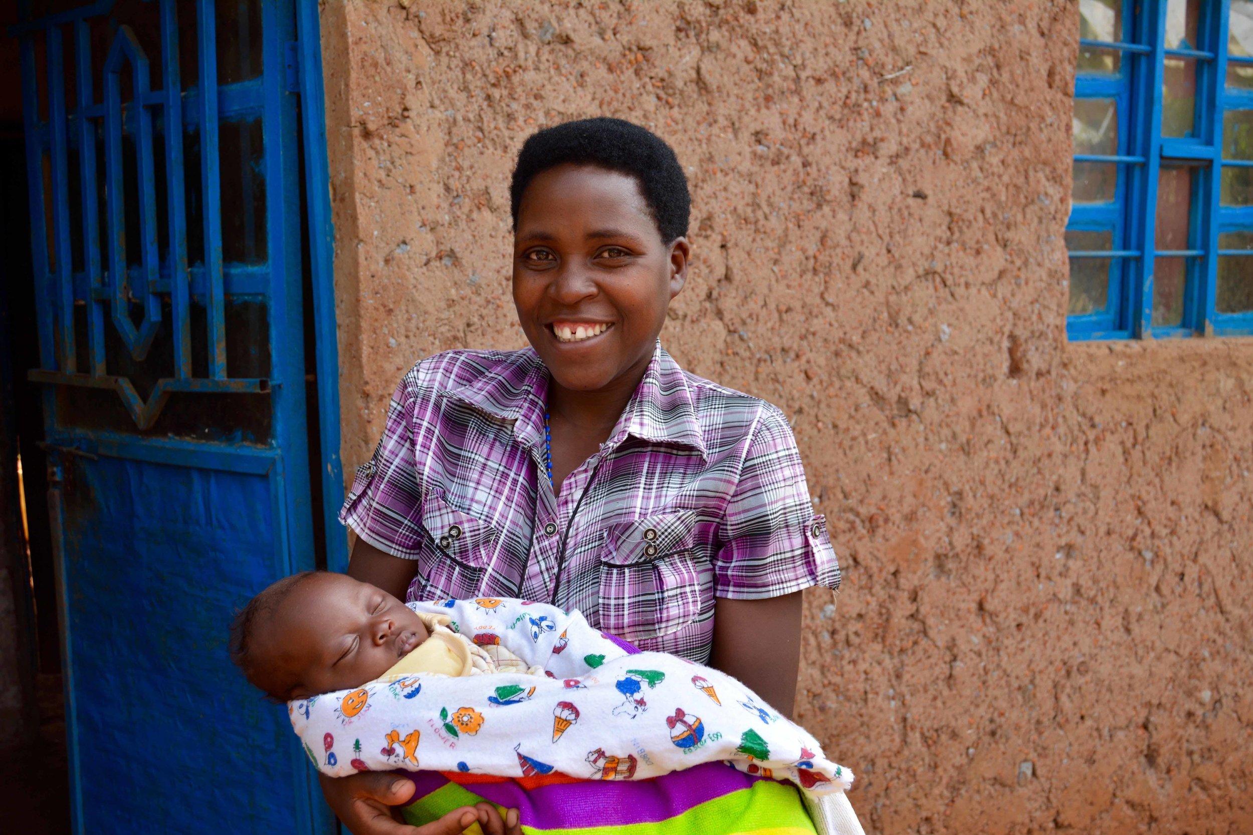 Nyiranganduhimana Claudine with newborn baby Nuwayezu Theogène Aimée.