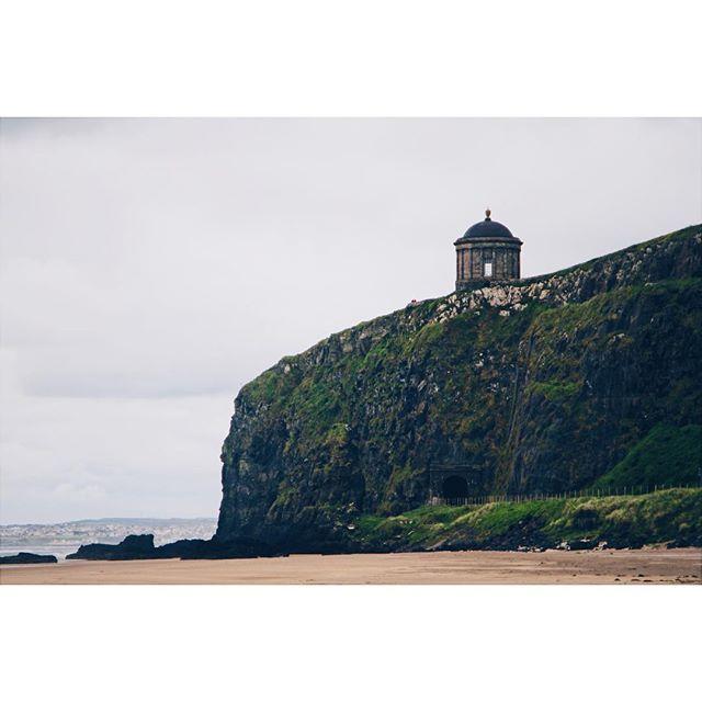 Mussenden Temple. Film location of Game of Thrones!! . . . . . #ireland #beach #mussendentemple #dragonstone #gameofthrones #northernireland #vsco #vscocam #sonya6300 #sea #ocean #train #railway #cliff