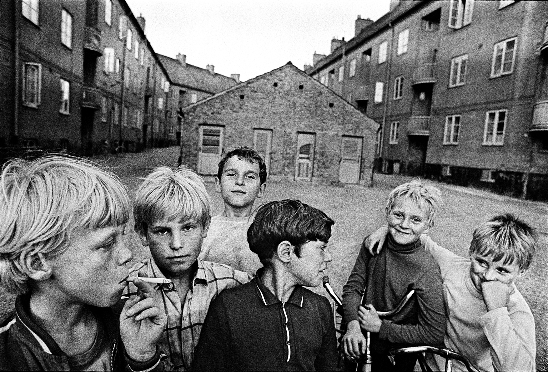 Barn från Östergård inne på Österhus gård, 1970. Fotograf: Anders Petersen