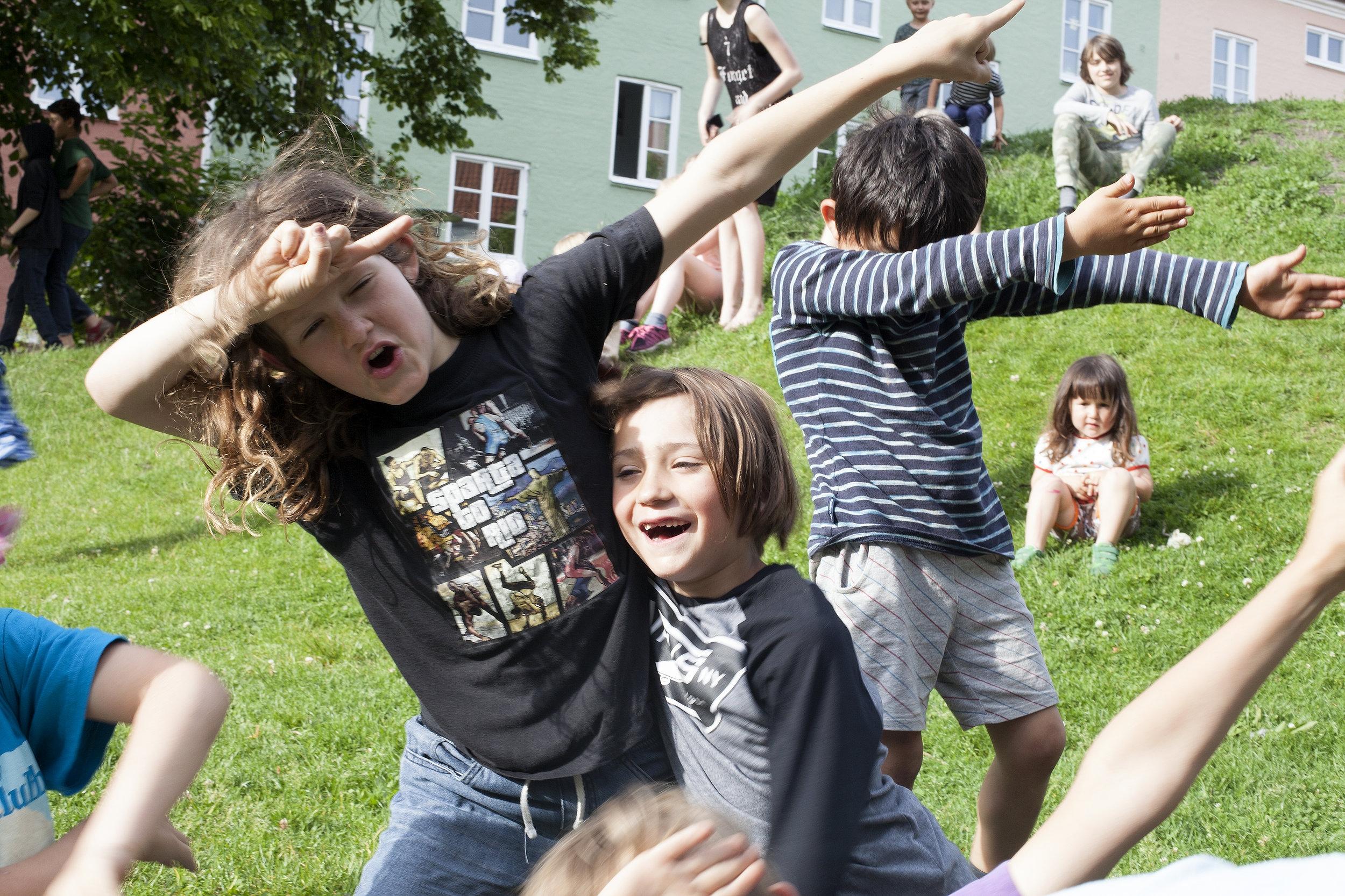 Barnen på gården, sommaren 2017. Fotograf: Simon Anstey