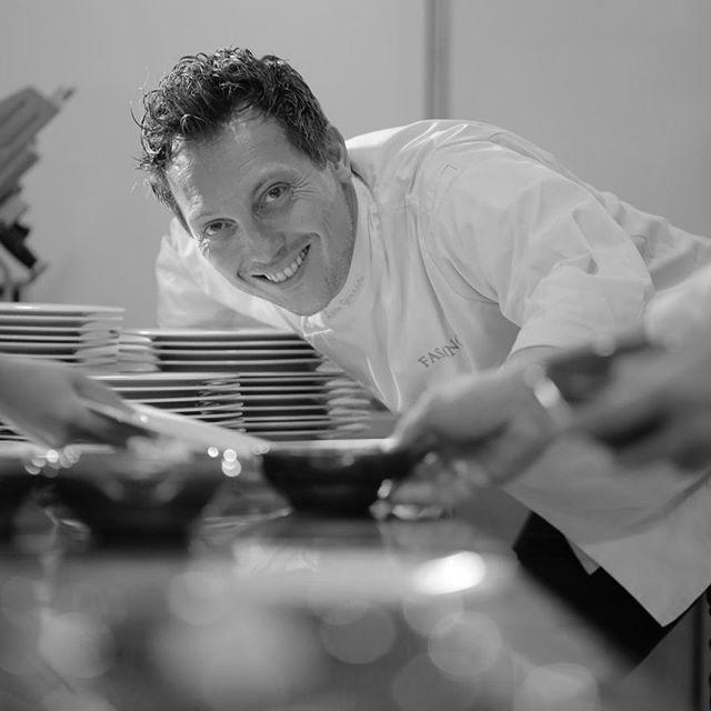 """Quem é quem? Da Toscana para o Brasil, o chef italiano @lucagozzani, faz parte do grupo Fasano desde 2007. Estudou no Istituto Professionale Alberghiero Di Stato Bernardo Buontalenti, escola de nível superior em Florença, e passou por estrelados Michelin como restaurante Enoteca Pinchiorri, em Florença, e Don Alfonso, em Sorreto. ⠀ ⠀⠀⠀⠀⠀⠀⠀⠀⠀⠀ Para ele, em nosso país tudo é novo, """"aqui no Brasil ainda estou estagiando e aprendendo"""". ⠀ ⠀⠀⠀⠀⠀⠀⠀⠀⠀⠀ O chef Luca traz os sabores tradicionais da Itália, uma abordagem moderna para seus pratos e todo um universo gastronômico europeu em que produtores estão próximos dos chefs, produtos e ingredientes são as estrelas do prato. ⠀ ⠀⠀⠀⠀⠀⠀⠀⠀⠀⠀ 📸: @voltanphotos⠀ ⠀⠀⠀⠀⠀⠀⠀⠀⠀⠀ #bufalaalmeidaprado #fasano #fasanosp #altagastronomia #mozzarelladebufala #leitedebufala #cremedeleitedebufala #burratadebufala #ricotadebufala #produtosdeorigem #lucagozzani #cheflucagozzanni #sobremesas #vejacampeoes #vejasp #culinariaitaliana #italiancuisine #diretodoprodutor #leitedodia #restauranteestrelado⠀⠀ ⠀"""