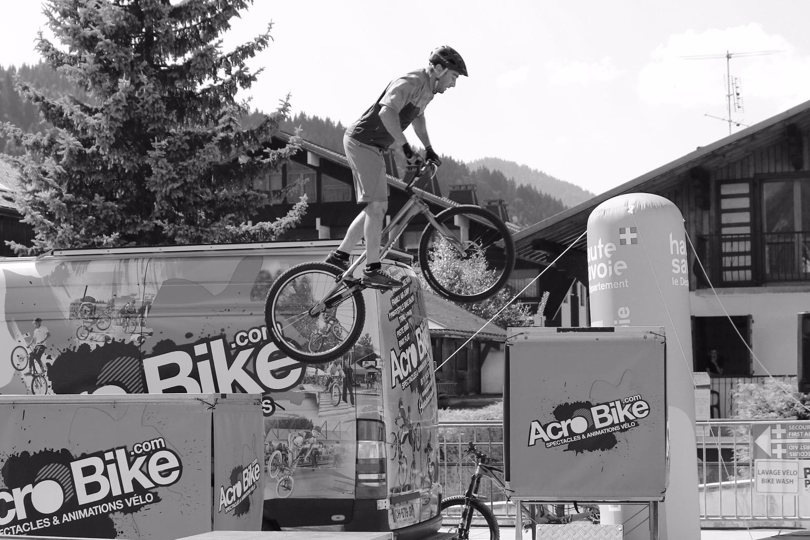 Acrobike Jump BW.png