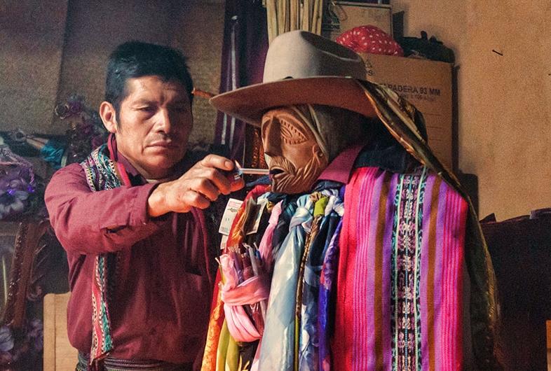 Maximon and a shaman. (Source: http://latinalista.com)