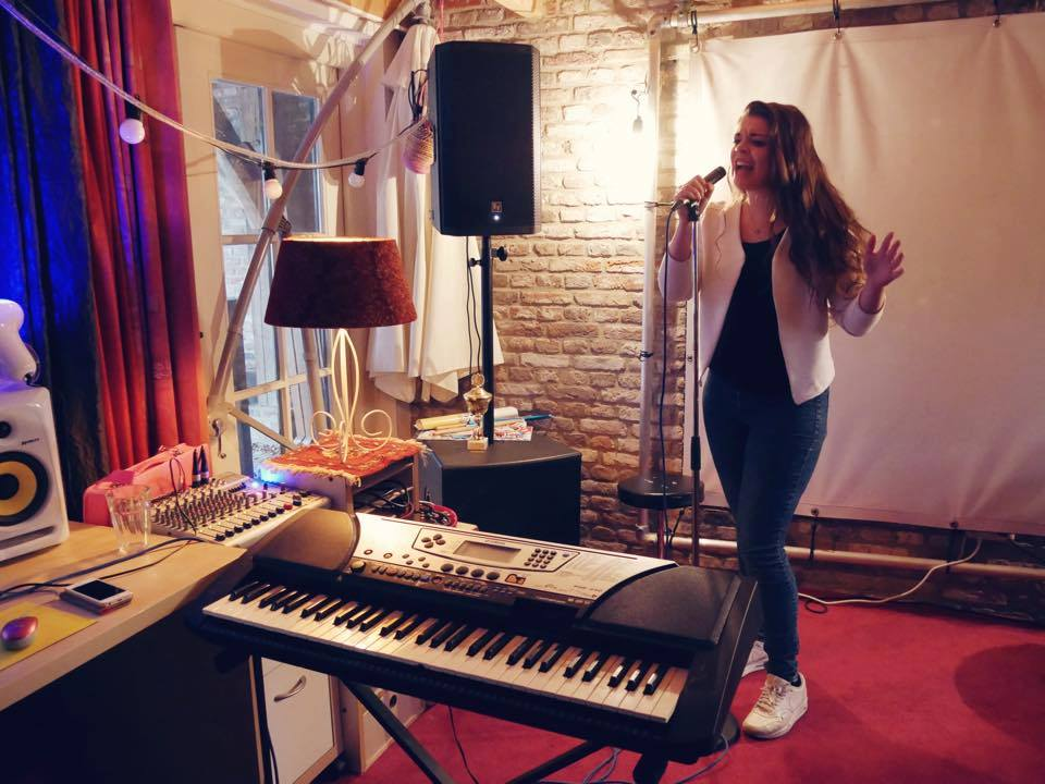 Mijn leerling Pien, tijdens haar laatste zangles voor haar auditie bij Idols.