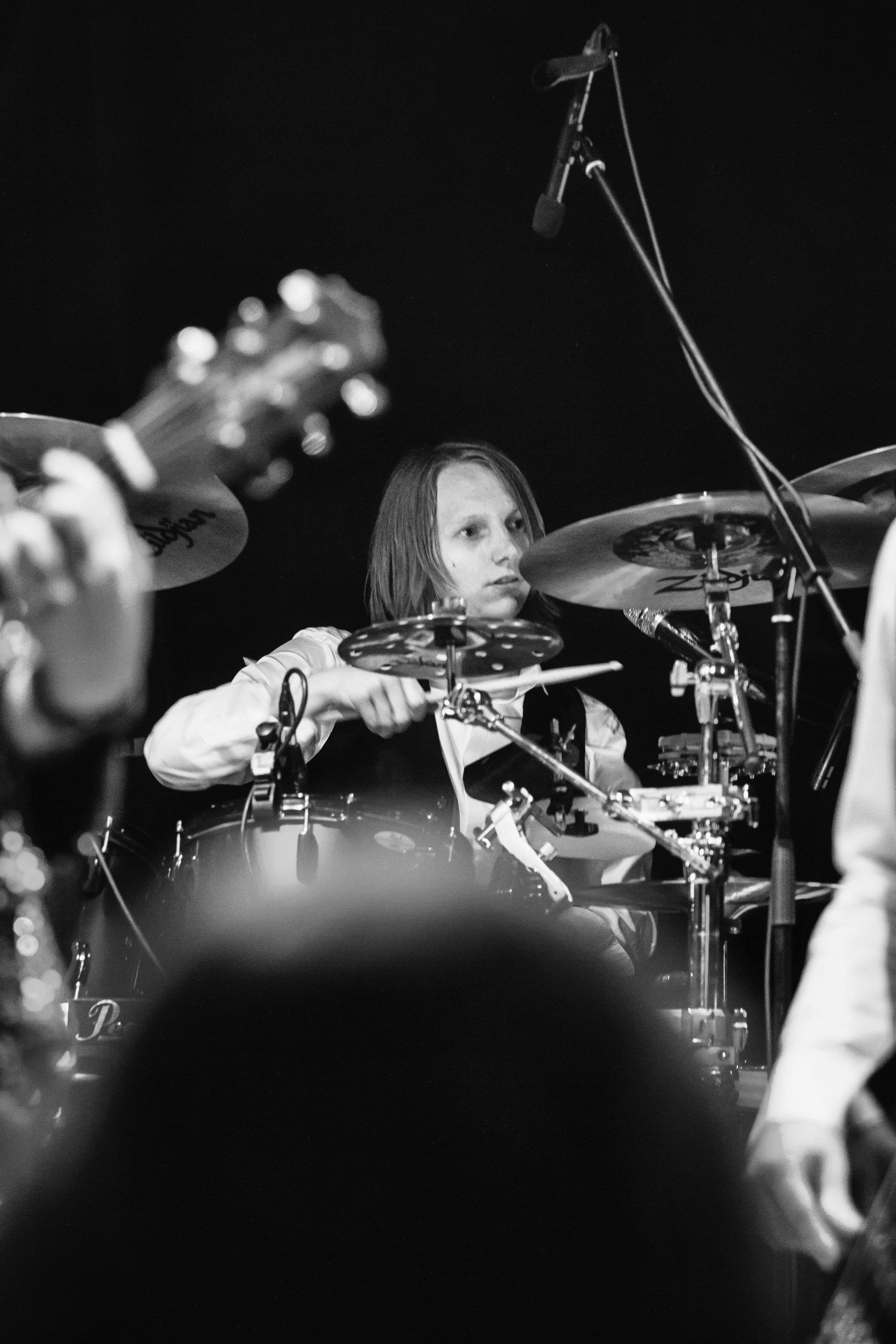 Roel Trommelen - Roel en ik spelen al samen sinds de middelbare school, toen we in ons allereerste bandje speelden. Hij is een creatieve percussionist en drummer, die uitdaging ziet in elk nummer. Van origine houdt hij enorm van progressieve rockmuziek, maar ook popmuziek gaat hij niet uit de weg.(Foto door Ellis van Eijden)