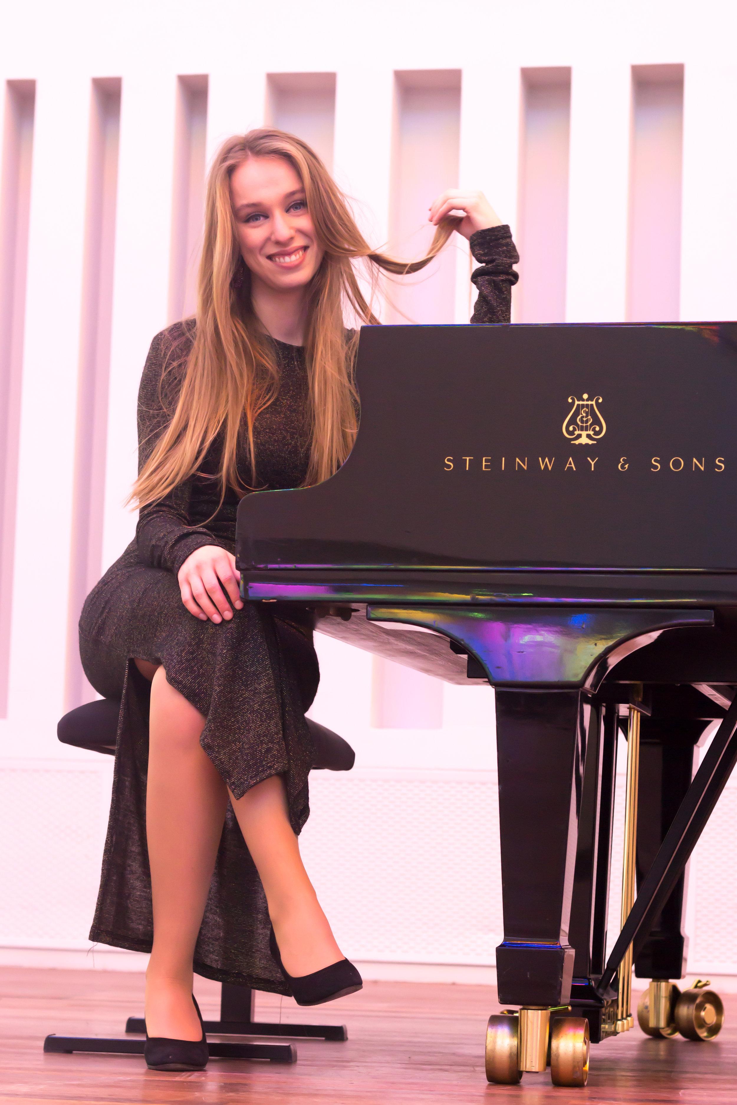 Pleuni Bekkers - Pleuni en ik hebben elkaar ontmoet tijdens onze studies aan de Hogeschool voor de Kunsten in Tilburg, waar zij klassiek piano aan het conservatorium studeert. Pleuni is erg goed in het luisteren naar de muzikanten waarmee ze samenspeelt en in het aanvoelen van de sfeer in een ruimte. Ze biedt een warme, rustige begeleiding met veel jazz invloeden.