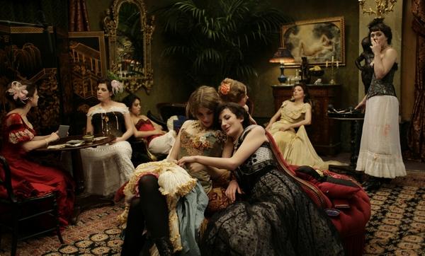 Тайны парижских борделей   Великие куртизанки и знаменитые публичные дома: перенесемся в век запретной эротики и узнаем его мифы и легенды.В красивейшем саду Пале Руаяль вы узнаете об «элегантных ужинах» герцога Орлеанского. Вы откроете для себя тайные крытые галереи и пассажи.