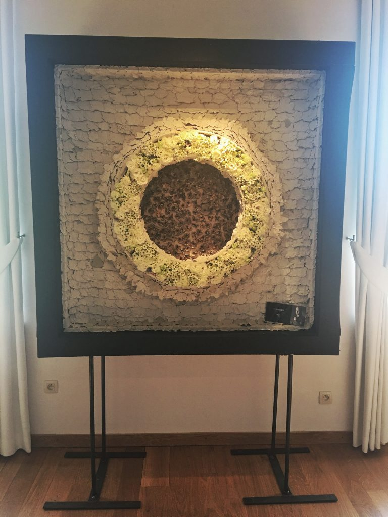 A fabulous free standing piece could easily be adapted into a table plan.Artist: Tom De Houwer