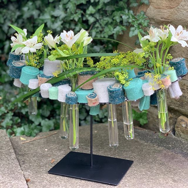 A great day spent with @juliepearsondesign @lilybeelen and @rebeccah_flowers using @lehnerwolle products. #itsajobbutidoitinmysparetimetoo 😂. Thank you lily for the inspiration. These designs would look beautiful in so many settings #tablecentrepiece #officeflowers #wool #florist #lymm