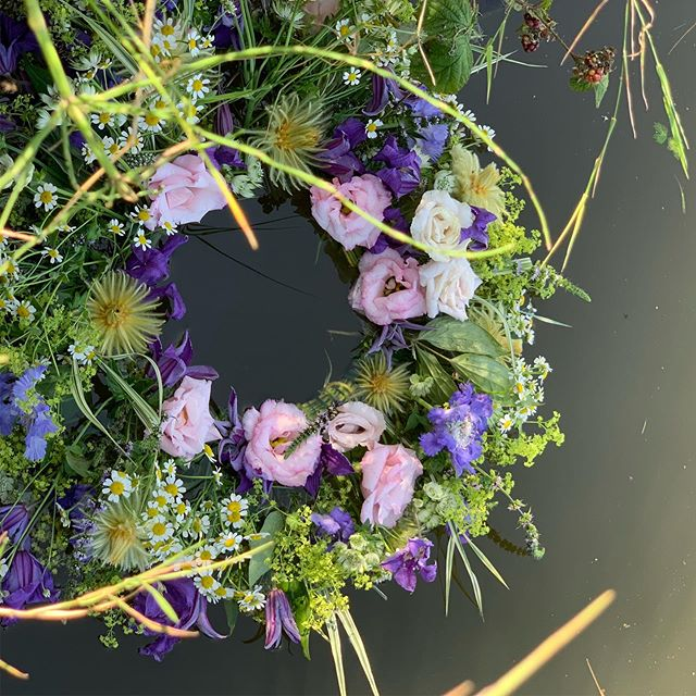 A Biodegradable wreath is a beautiful thing, no? #nofloralfoam #sustainableliving #lymm #floatingflowers #florist