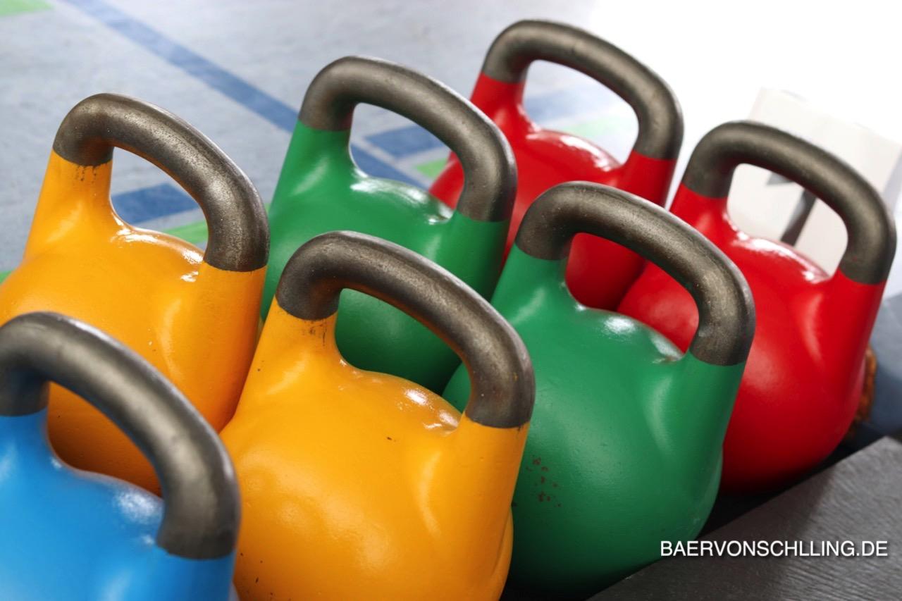 Welche Kettlebell kaufen? Die bunten Wettkampf-Kettlebells haben immer die gleiche Größe.