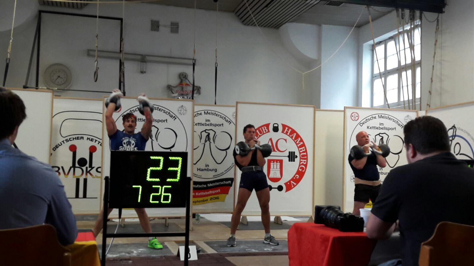Deutsche Kettlebell Meisterschaft 2016 in Hamburg. Links Johannes Kwella aus Berlin.