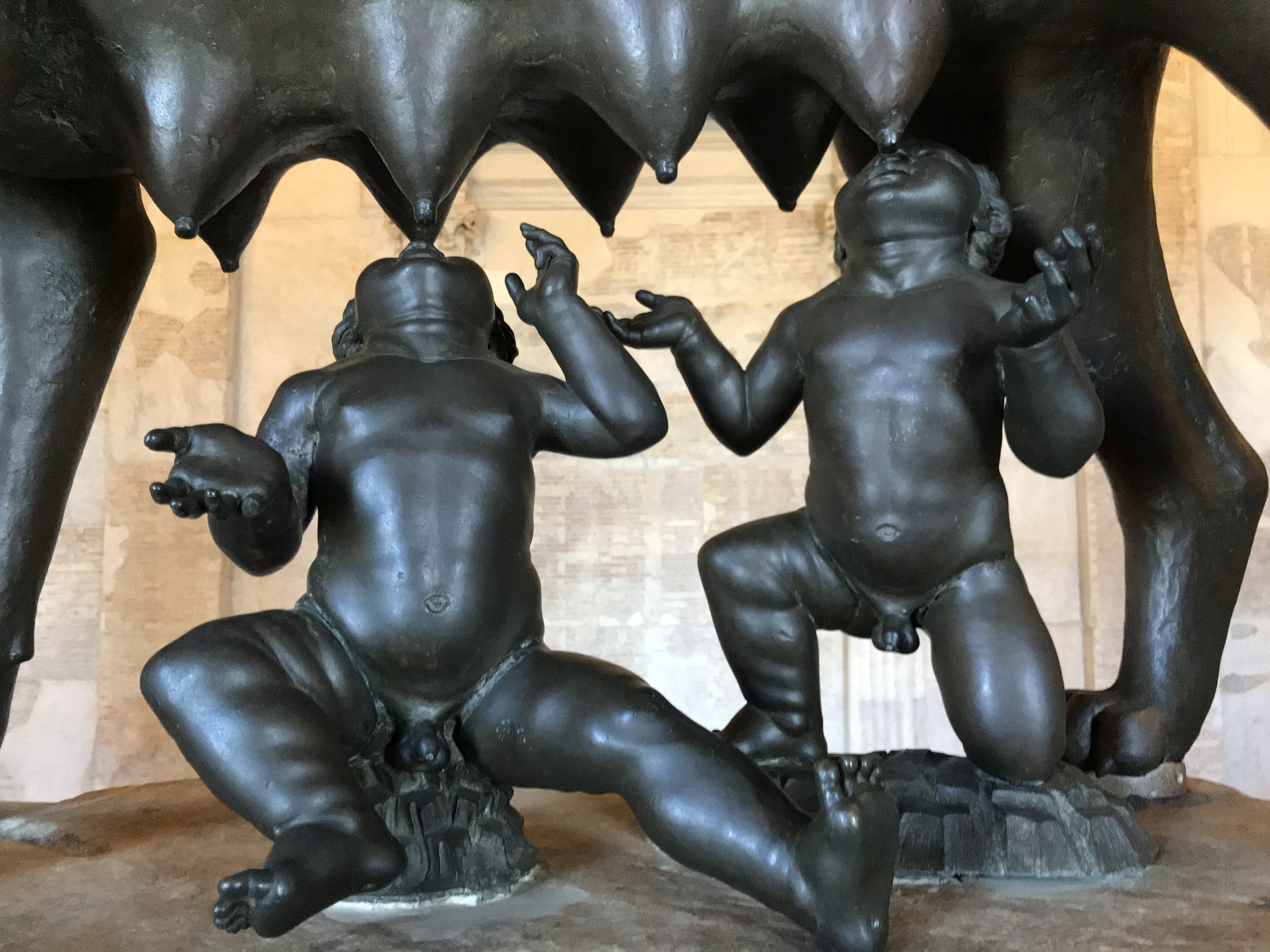 """Imagem feita por mim, nos Museus Capitolinos, da famosa """"lupa capitolina"""", escultura de bronze da loba amamentando Rômulo e Remo, tradicionalmente considerados os fundadores da cidade."""
