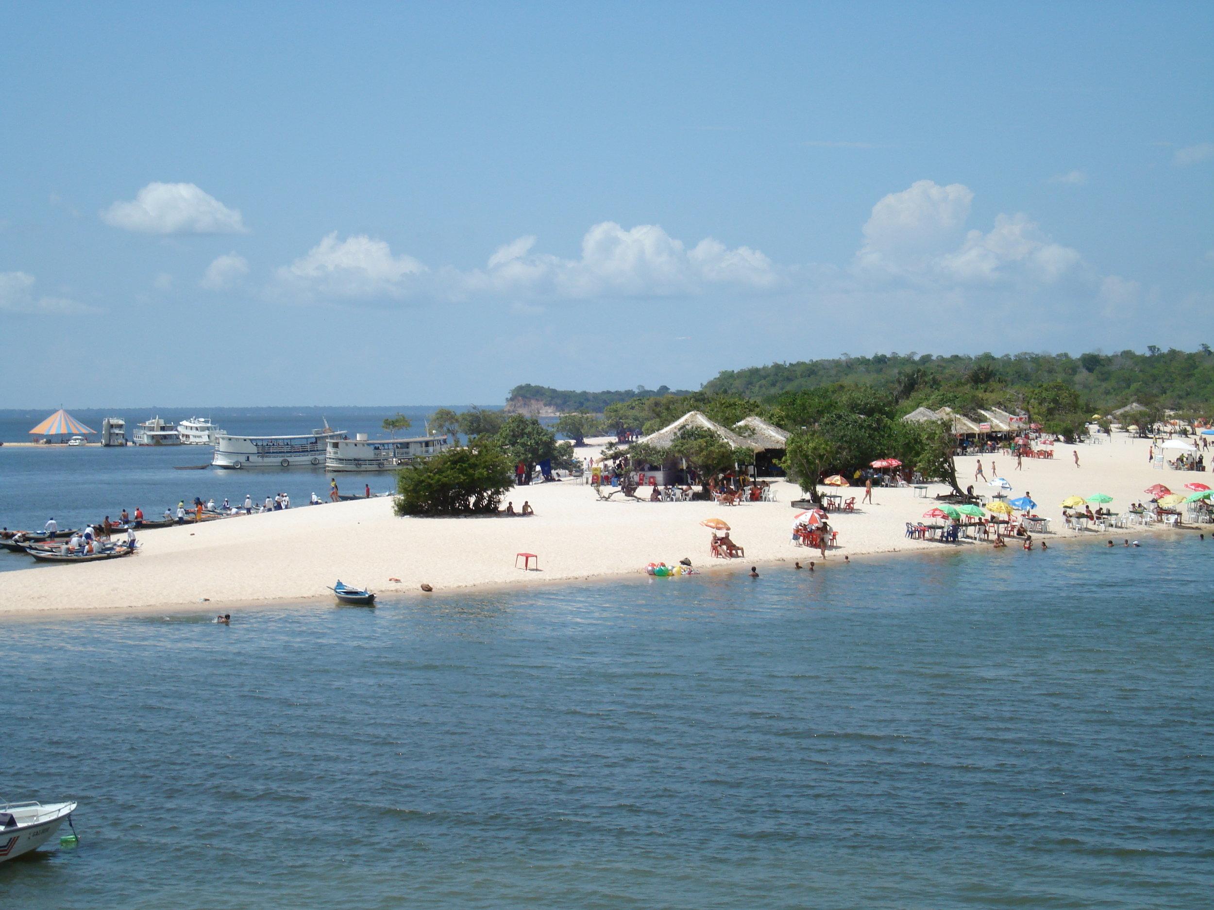 Turistas e nativos na Ilha. Foto:  Luiz Pantoja