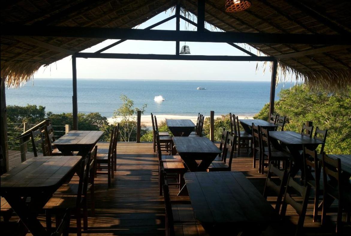 Salão principal e vista da praia. Foto:  Waldelice .