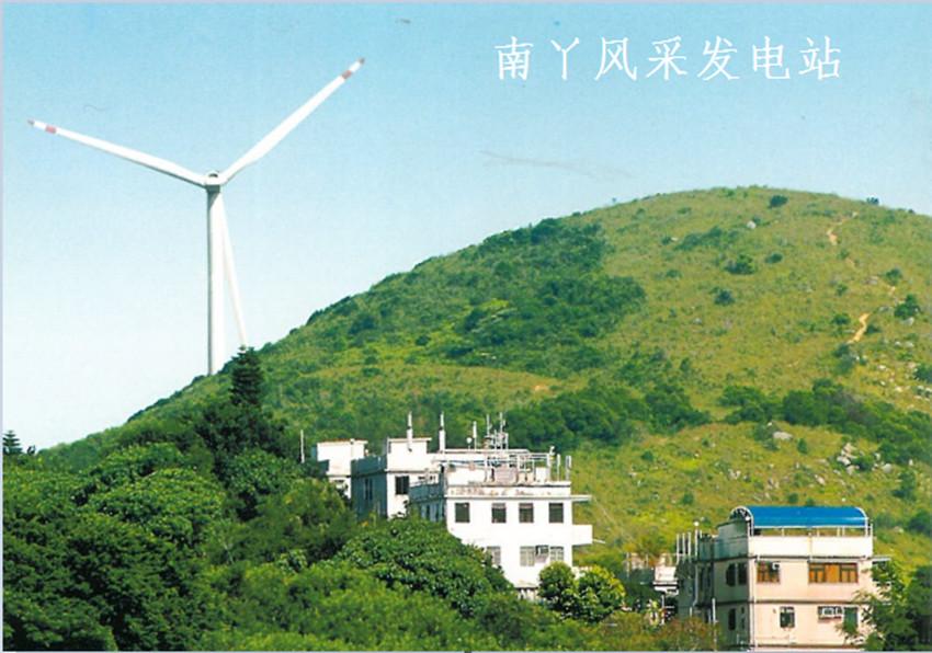 长期以来,港府一直推动香港建造成为一个低碳、宜居、智慧、可持续发展的城市。对于电力行业,亦要求在确保电力公司所有运作及设施均符合政府的环保规例,同时必须尽量减少生产作业方面可能对环境造成的影响,如节能、减排,从而保护及改善环境,并经常与政府环境局、环境保护署保持紧密联络及合作,合力创造美好环境。  可再生能源符合「零排放」原则,但由于香港欠缺合适的土地兴建有关发电设施,以致这方面的发展受到限制。尽管如此,港灯仍在积极研究如何能使用更多可再生能源。事实上,除了在南丫岛设置香港最大型的太阳能发电系统及风力发电站外,港灯还建议兴建一个发电容量达100兆瓦的离岸风力发电场。据可行性研究数据显示,拟建的风场可生产足以供5万个家庭使用的绿色能源。目前,港灯正与相关公司紧密合作,寻求找到最适合香港市民的方案。      财务概况  2016年报显示,港灯-SS营收112.1亿港元,同比增长6.7%;净利润35.91亿港元,增长12.2%;可供分派收入35.38亿港元,与2015年相当;每股份合订单位派发末期股息20.12港仙,连同中期派发的股息19.92港仙,全年共派息40.04港仙,也与2015年相当;股东应占净利润较2015年增长0.2%至35.99亿港元;售电量较2015年的108.79亿度下降0.7%至107.92亿度,主要由于港府大力提倡节能环保、低碳生活以及香港零售业较为疲软。