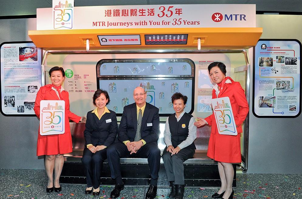 公司简介  港铁被公认为全球首屈一指的铁路系统,以其安全、可靠程度、卓越客户服务及高效率著称。港铁所有的客运服务平均每周日的载客量接近530万次,乘客99%的旅程均会准时到达目的地,是乘客往返香港各区甚至境外的最快捷便利交通服务。  1975年成立时,当时的地铁公司使命是为香港建造及经营一个铁路系统,采取审慎商业原则运作,配合本地的公共交通运输需求。当时香港政府是唯一的股东。在2000年6月,地铁公司注册为有限公司,之后香港特区政府出售地铁百份之二十三的股份,并于2000年10月5日在香港联交所上市。公司的第一大股东是香港特别行政区旗下的财政司司长法团,目前持有公司76.11%的股权。    盈利模式  港铁公司模式:地铁+商+物业组合,完全市场化运营的运营模式。  1、铁路相关业务:  港铁公司被公认为世界级的公共交通运输机构,无论在可靠性、安全及效率方面,均一直保持在国际级最高水平。港铁是乘客往返香港各区甚至境外的最快捷便利网络,港铁营运九条铁路线:观塘线、荃湾线、港岛线、东涌线、将军澳线、迪士尼线、东铁线、马鞍山线及西铁线,并在新界西北提供轻铁服务。此外,港铁亦提供往返香港国际机场的机场快线,以及往返北京、上海和广东省的城际客运服务。  2、物业开发及投资业务: