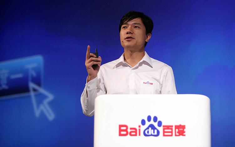 百度的名字,百度的技术,百度的精神,无一不是在互联网蓬勃发展的今天,把辛弃疾的悠然闲适,谱写成互联网领域里最华美的乐章,把百度人在艰苦奋斗中的坚忍与执着表现得淋漓尽致。    发展历程   一度:硅谷归来,寄人门户(2000-2001)   百度董事长兼CEO李彦宏,本科就读于北京大学信息管理专业,研究生就读于美国布法罗纽约州立大学计算机科学专业,先后担任道·琼斯公司高级顾问、《华尔街日报》网络版实时金融信息系统设计者,以及国际知名互联网企业——Infoseek公司资深工程师。从李彦宏的早期经历来看,他不仅在搜索领域是个不折不扣的技术大咖,在美国留学工作多年受到了硅谷良好创业氛围的熏陶,同时有着一名企业家应具备的开拓进取的精神。在那个互联网风起云涌的时代,李彦宏的出现可以说是时势造英雄,集天时地利人和于一体,这才有了百度创业史上的百折不挠,守业史中的坚守持重。  2000年,李彦宏找到了最初的合伙人徐勇、最初的诚实合伙投资公司和半岛基金两家风投,最初的百度七剑客,于是最初的百度便在北大资源宾馆的1414和1417两间套房里起步。  2000年5月,百度的第一个中文搜索引擎诞生,可以搜索500万个网页。5月底,百度迎来了第一位客户——硅谷动力,这标志着百度踏入了中文搜索技术服务领域。同年8月,当时国内最热的门户网站之一搜狐网,成为了百度的客户。紧接着,百度又迎来了新浪、网易、263、TOM等重要网站客户。  这一阶段刚刚起步的百度,主要为别人家的网站做搜索服务,赚取一点服务费,虽然成绩还算不错,但与日后的百度相比较,实在是九牛一毛。   二度:初稳脚步,却遇寒流(2001)   2001年夏天,百度经过一年多的苦心经营,使80%的门户网站都成了自己的客户,垄断了国内门户网站搜索引擎技术服务市场。  然而,天有不测风云,2001年前后,新兴互联网行业遇到了前所未有的寒流,互联网泡沫破了,整个行业陷入低迷颓废的谷底。  百度经过前期的积累,有了一定的抵御寒流的能力,同时也在不断寻找着新的业绩增长点。尝试了做软件,开发出售CDN软件(互联网内容分发系统),涉足网络游戏、短信等等,然而日子紧巴巴的,大家只求生存,新的业务并没有开展起来。   三度:新浪欠费,自立门户(2001-2002)   是金子早晚要发光,是英雄早晚要自立。  2001年9月22日,百度正式推出了面向终端用户的独立搜索引擎网站www.baidu.com,百度竞价排名系统也随之正式上线。  百度竞价排名系统的上线经历了艰辛曲折的过程。1998年,Goto.com首推付费排名获得巨大成功,李彦宏试图效仿,却遭到董事和投资人的一致反对,李彦宏却坚定地要走竞价排名之路,发脾气、声称关掉百度等等,最终,投资人退让了,声称,「是你的态度而不是你的论据,打动了我们。」  2002年初,百度制定全年销售目标600万。  2002年3月,发生了著名的新浪停机事件。当时新浪长时间拖欠百度服务费,严重影响到百度的正常运营,百度遂顺水推舟,之后每一个登陆新浪主页的人只能看到:「新浪欠费,百度停机,如需要更好地搜索结果,请登录www.baidu.com」,成功从国内第一大门户网站——新浪网招来一大波客户。  最后的事实证明竞价排名成为了百度开疆扩土的利器,为百度迎来了一大批国内乃至国际重要客户。12月,康佳、联想、可口可乐等著名企业也成了百度客户。   四度:渠道建设,开疆扩土(2002-2003)   2002年4、5月份,竞价排名业务开始快速增长,汉普管理咨询公司副总裁、前用友高管朱洪波,于5月份正式加盟百度,任高级副总裁,负责市场及企业级软件业务。朱洪波是百度成立之后引进的第一位职业经理人,百度的竞价排名工作重心开始转向渠道建设。  2002年到2003年的近两年内,百度大力开展各种营销活动和业务,比如闪电计划、搜索大富翁、IE搜索伴侣、mp3搜索、「活的搜索,改变生活」晚会、google vs baidu,通俗易懂的游戏深入人心,伴随竞价排名的商业模式,百度搜索火遍大江南北,百度业绩在这两年间达到井喷式增长,为后面的上市以及拓展新业务打下雄厚基础。   五度:搜索巅峰,股市传奇(2002-2005)   2003年底,百度开始筹备上市,瑞士信贷第一波士顿、高盛担任主承销商。  2004年,百度内部拆股,以一拆分为二,估值1.5亿美元。同年6月15日,包括美国前三大风险投资商之一的德丰杰内的8家风险投资机构对百度投资约1470万美元。  百度股价最初定在17-19美元,后经讨论升到21-23美元,最后到27美元。  2005年8月5日,百度成为在纳斯达克上市,股价开盘报66美元,交易大厅显示为72美元,之后报价一路上涨,当日收盘价报122.54美元。李彦宏因持有22.9%的百度股份,身