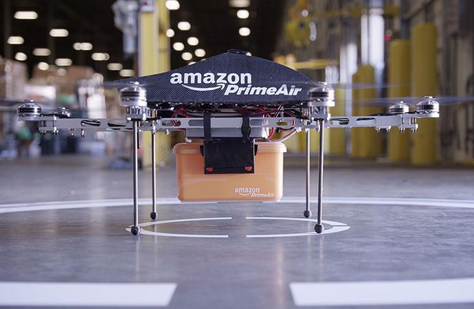 公司简介  很多年前,提到「亚马逊」这个词,人们首先想到的是位于南美洲的世界第二长河——亚马逊河。如今,「亚马逊」更多是以全球高科技公司的品牌形象为人所知。  亚马逊公司是一家美国电子商务和云计算公司,成立于1994年7月5日,由杰夫·贝佐斯(Jeff Bezos)创办,总部设在华盛顿州西雅图。亚马逊是全球总销售额和市值最大的互联网零售商,发家于在线书店,是全球最大的网上书店,后来多元化经营,销售DVD、蓝光、CD、视频下载、MP3下载、有声读物下载、软件、视频游戏、电子、服装、家具、食品、玩具和珠宝等,同时还生产及销售电子消费产品,如电子书阅读器Kindle、平板电脑Fire tablets、流媒体机顶盒Fire TV等。不仅如此,亚马逊还是全球最大的云基础架构服务提供商(IaaS和PaaS)。  无论是公司名称的选择还是公司logo的设计,亚马逊都有其特殊的含义。创办人Jeff Bezos通过查字典选择了亚马逊这个名字,一方面是因为「亚马逊」这个词充满异国情调并且与众不同,Jeff Bezos期望他创办的这家互联网公司也是如此;另一方面,亚马逊河是世界上流量和流域最大、支流最多的河流,亚马逊公司也志在成为世界上最大的在线商店。另外,以英文字母A开头的公司名称具有特殊优势,因为在按首字母进行排序时,亚马逊往往会出现在顶部,这跟阿里巴巴(Alibaba)的名字有异曲同工之妙。自2000年6月19日以来,亚马逊的logo添加了一个从A到Z的箭头,代表公司拥有所有从A到Z的产品。