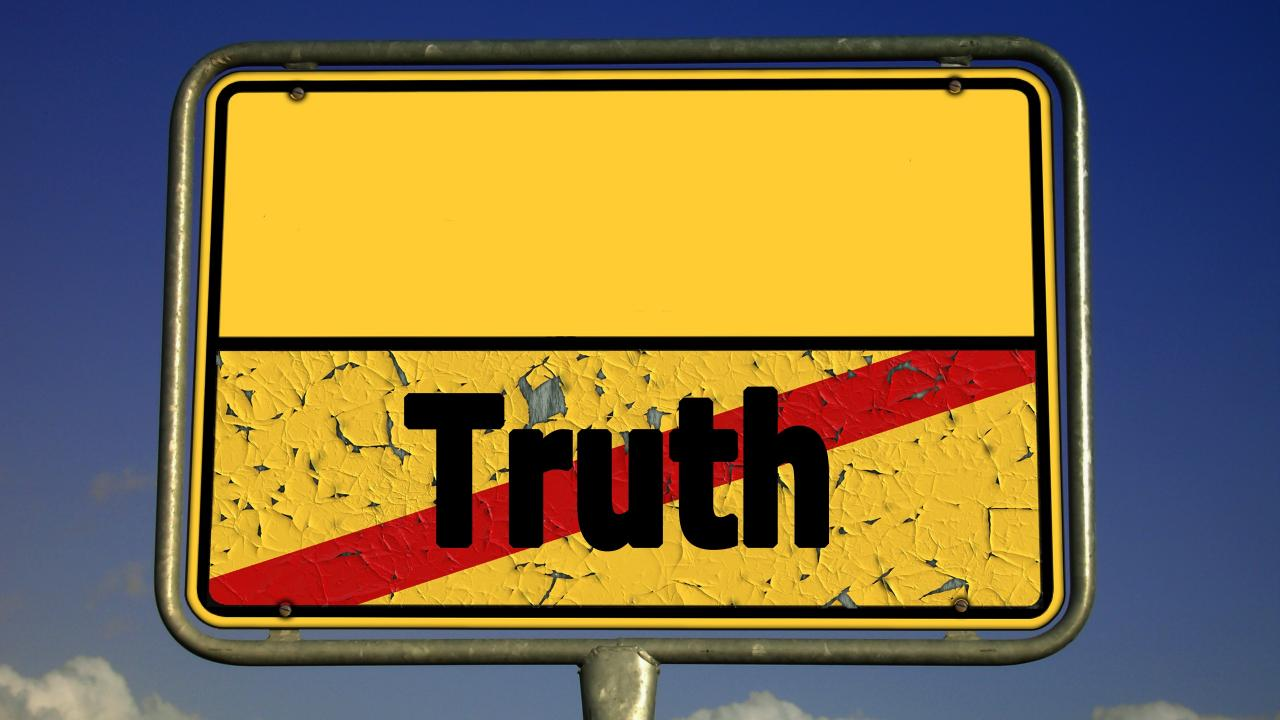 Postfaktisch bedeutet nicht, dass Fakten keine Rolle mehr spielen, sondern dass Fakten gleichzeitig verleugnet und selektiv als politische Waffe eingesetzt werden.