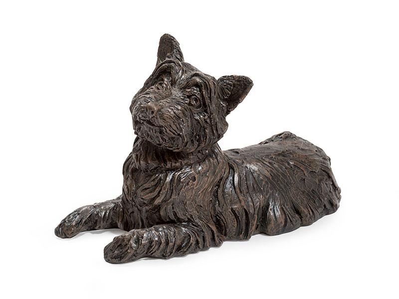 CASDO-WES-BRZ  Deze mooie West Highland Terrier urn geeft u een hele mooie herinnering aan uw geliefde huisdier.  Dit exclusieve door Petributes vervaardigde beeld word in hars gegoten en met de hand afgemaakt met een antiek bronzen finish.  De urn bevat een memory capsule waarin u een aandenken kunt bewaren zoals een naamplaatje of foto.  CASDO-WES-BRZ € 141,00 / 1400 CC