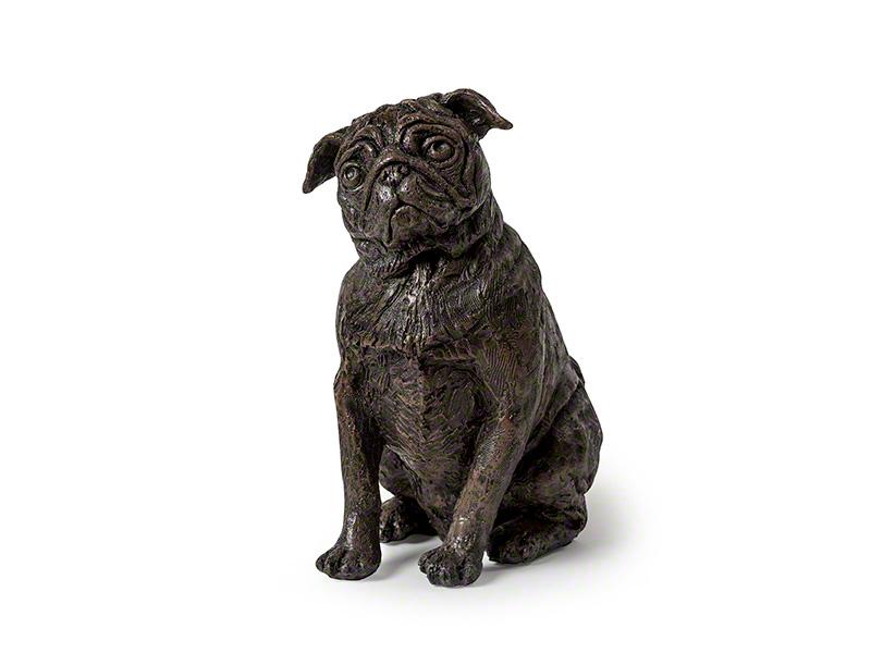 CASDO-PUG-BRZ  Deze mooie Mopshond urn geeft u een hele mooie herinnering aan uw geliefde huisdier.  Dit exclusieve door Petributes vervaardigde beeld word in hars gegoten en met de hand afgemaakt met een antiek bronzen finish.  De urn bevat een memory capsule waarin u een aandenken kunt bewaren zoals een naamplaatje of foto.  CASDO-PUG-BRZ € 151,00 / 1400 CC