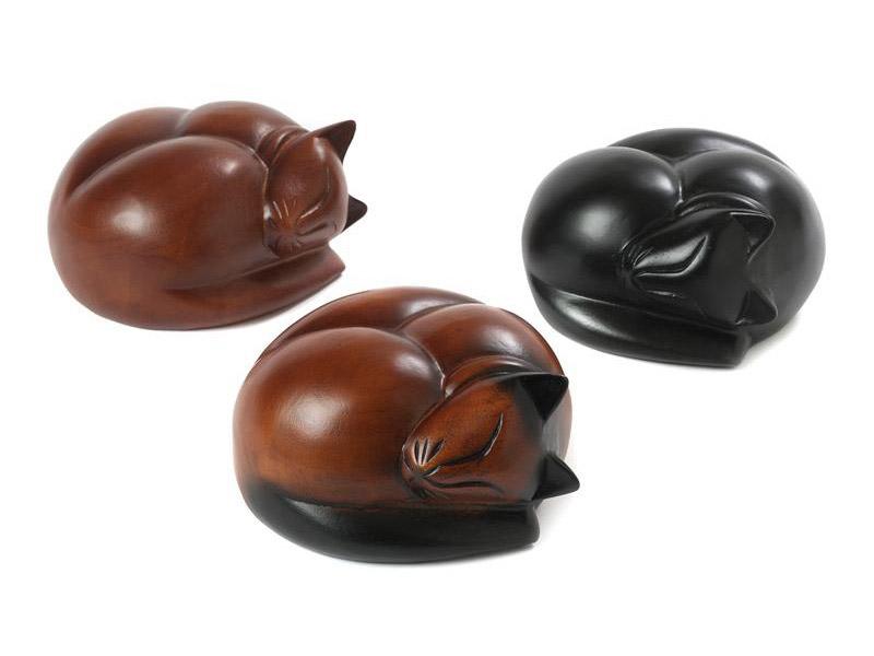 SC01C | SC03C | SC04C  Deze schattige slapende hardhouten kat is een mooie herinnering aan uw geliefde huisdier.  Deze urn heeft ook een memory capsule waarin u een aandenken kunt bewaren zoals een foto of naamplaatje.  Deze urnen zijn in 3 kleuren verkrijgbaar; bruin, bruin-zwart en zwart.  SC01C (bruin) € 72,00 / 250 CC  SC03C (bruin-zwart) € 72,00 / 250 CC  SC04C (zwart)€ 72,00/250 CC