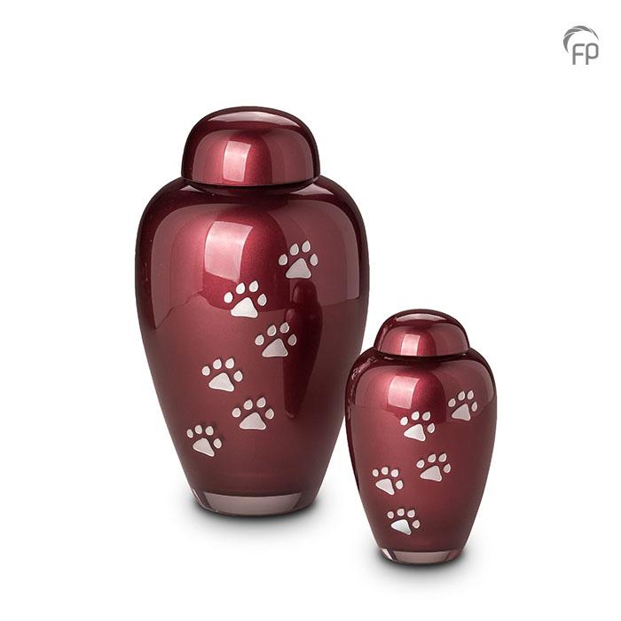 GUP 024 L | GUP 024 S  Glazen dierenurnen, bordeaux rood met dierenpootjes.  GUP 024 L € 159,00 / 1.90 L / H 24 CM  GUP 024 S € 119,00 / 0.40 L / H 14 CM