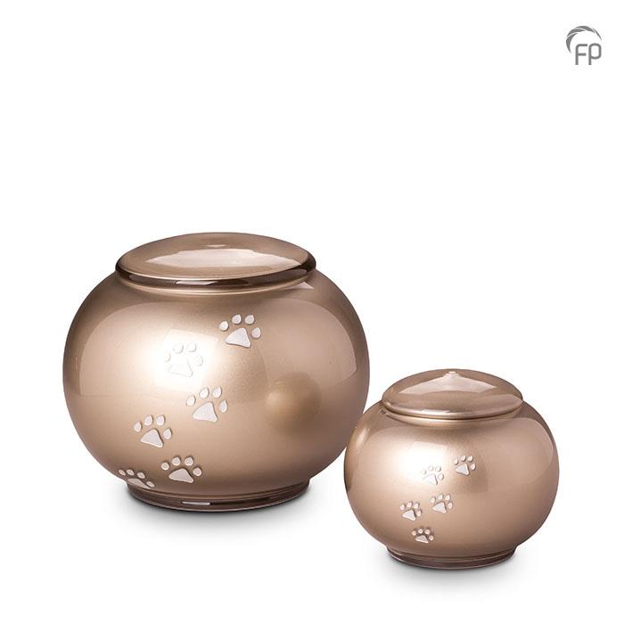 GUP 031 L | GUP 031 S  Glazen dierenurnen, zilverkleurig met dierenpootjes.  GUP 031 L € 159,00 / 2.50 L / H 17 CM  GUP 031 S € 119,00 / 0.60 L / H 11 CM