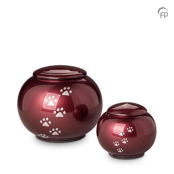 GUP 034 L | GUP 034 S  Glazen dierenurnen, bordeaux rood met dierenpootjes.  GUP 034 L € 159,00 / 2.50 L / H 17 CM  GUP 034 S € 119,00 / 0.60 L / H 11 CM
