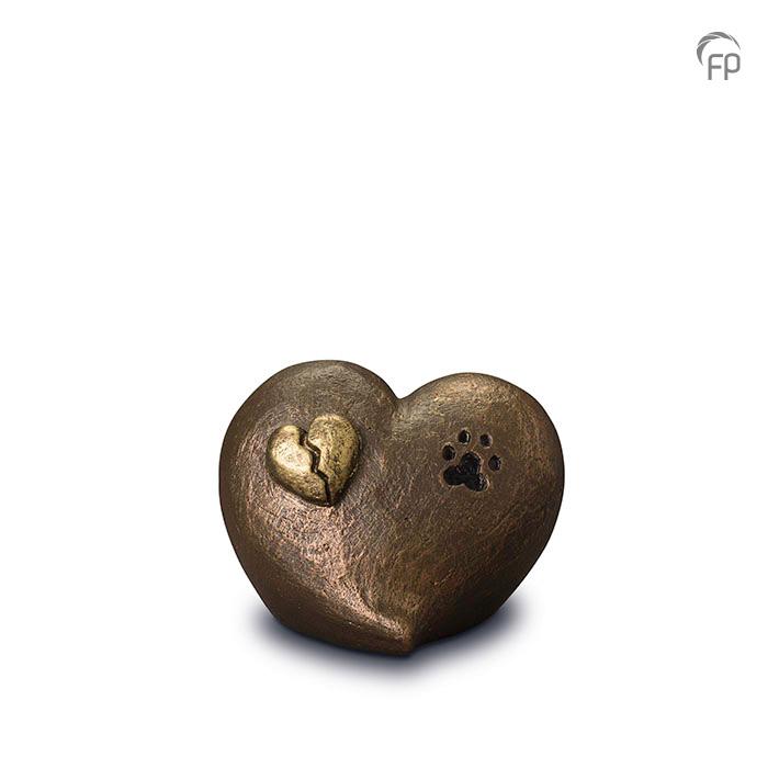 UGK 203  Keramische dieren art urn met bronzen afwerking.  Elke Geert Kunen urn is uniek en wordt op bestelling gemaakt. Daarom zit er op deze producten een levertijd van 3 à 4 weken.  UGK 203 € 179,00 / 1.00 L / H 12 CM