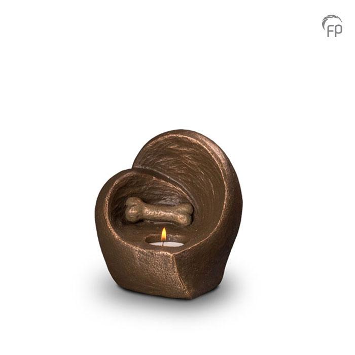 UGK 215  Keramische dieren art urn met bronzen afwerking.  Elke Geert Kunen urn is uniek en wordt op bestelling gemaakt. Daarom zit er op deze producten een levertijd van 3 à 4 weken.  UGK 215 € 179,00 / 0.50 L / H 17 CM